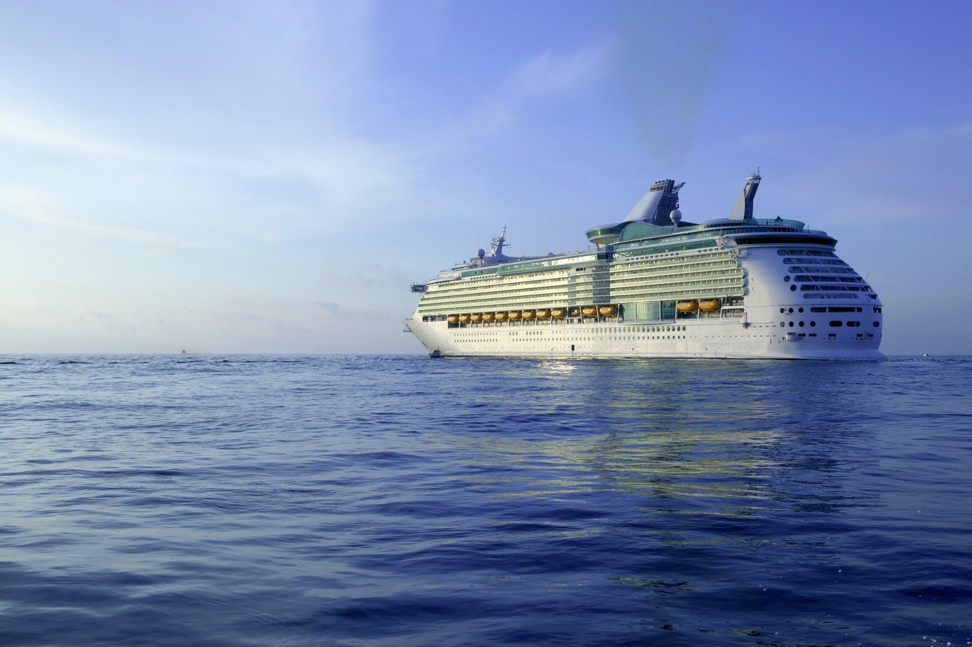 Ein Kreuzfahrtschiff fährt auf dem Meer.