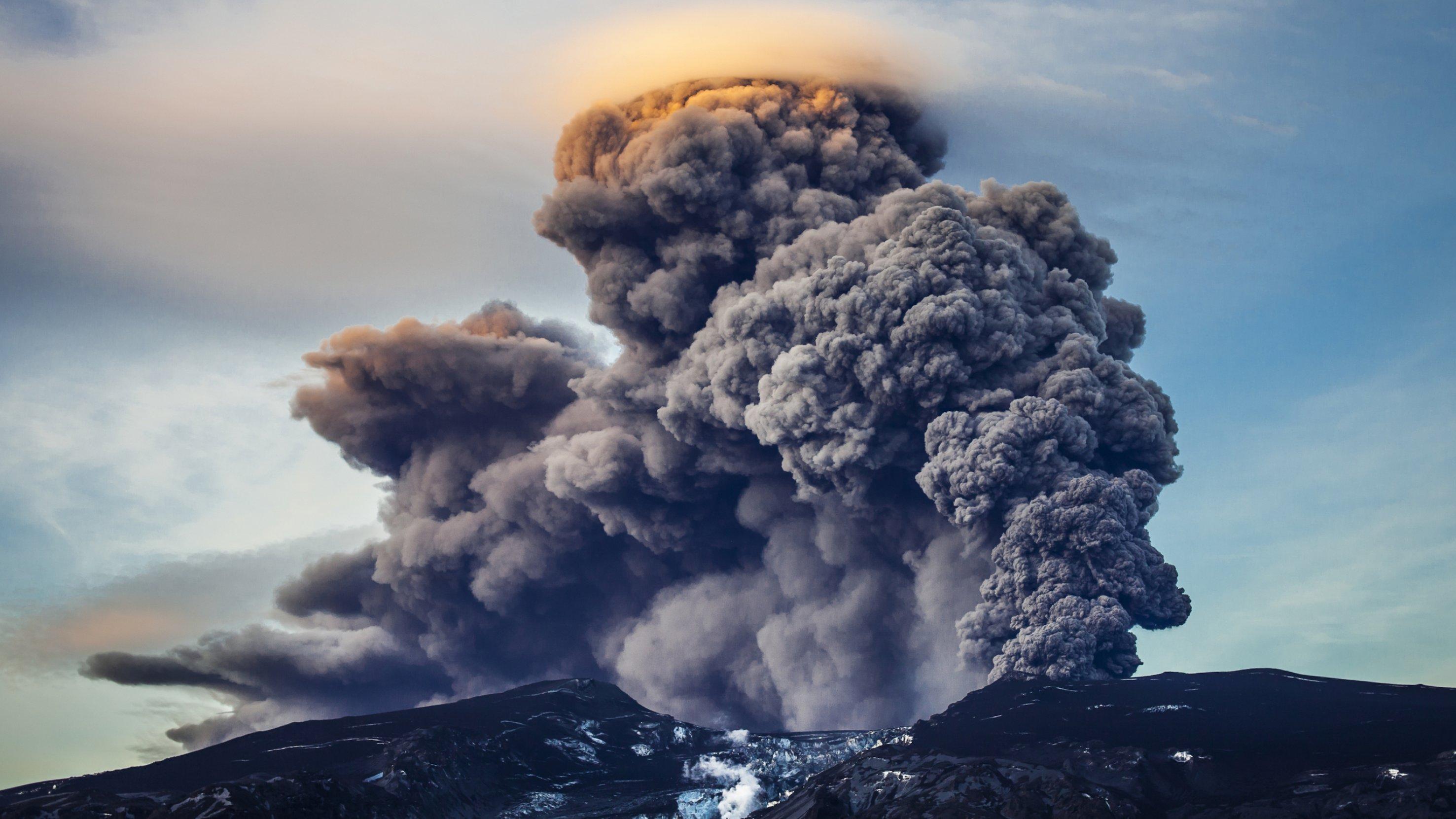 Der explodierende Vulkan Eyjafjallajökull auf Island.