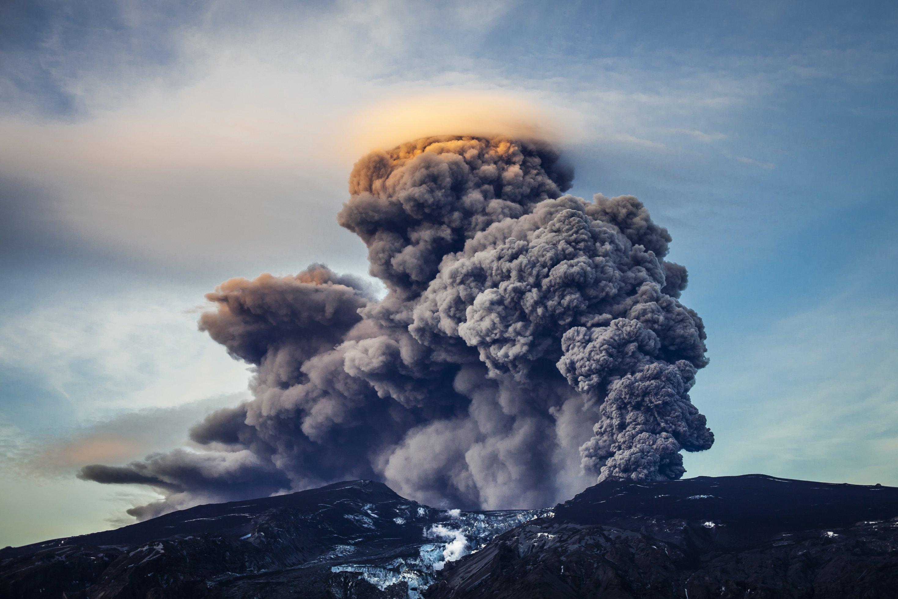 Das Bild zeigt den explodierenden isländischen Vulkan Eyjafjallajökull.
