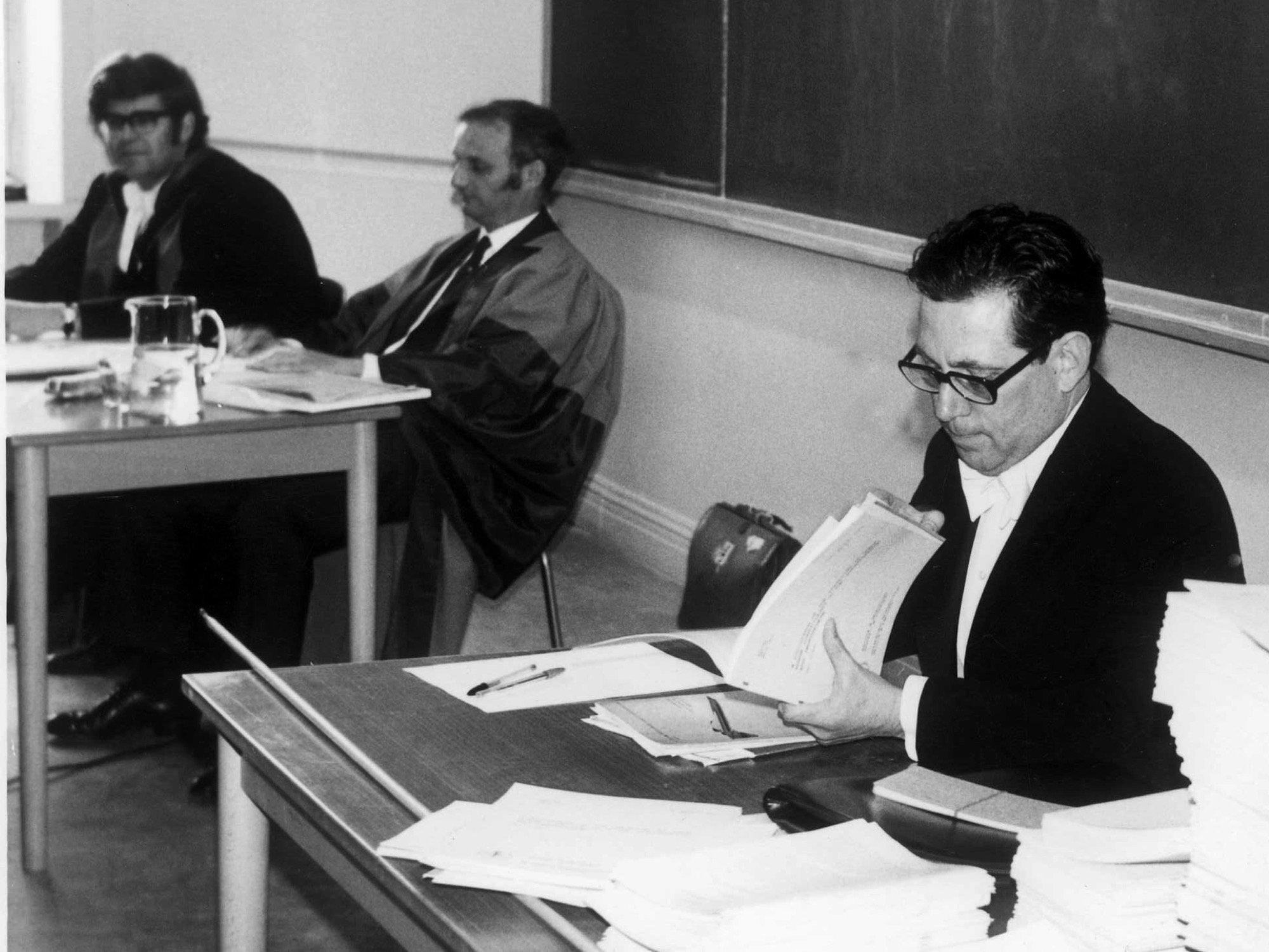 Aufnahme von Paul Crutzen (rechts) bei seiner Dissertationsprüfung. Einen Tisch weiter sitzen zwei weitere Männer.