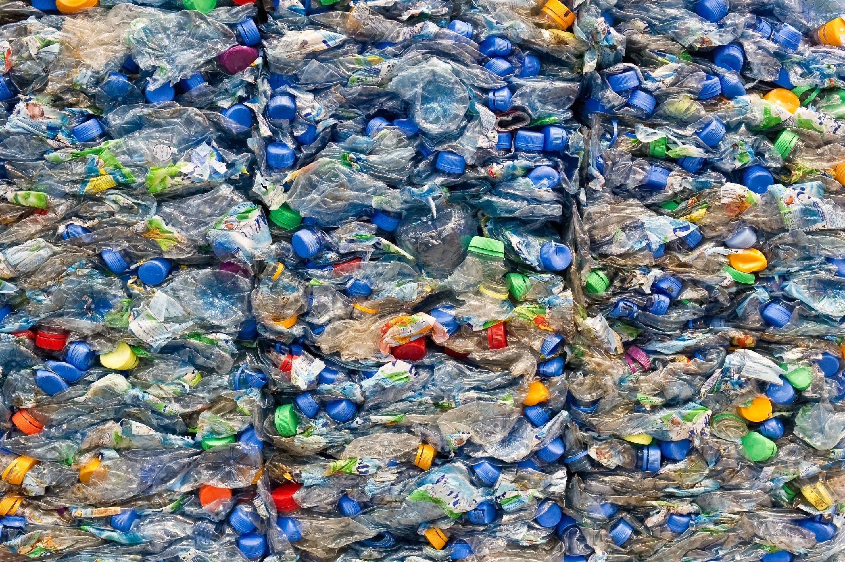Aufnahme von zu Blöcken gepressten Plastikflaschen