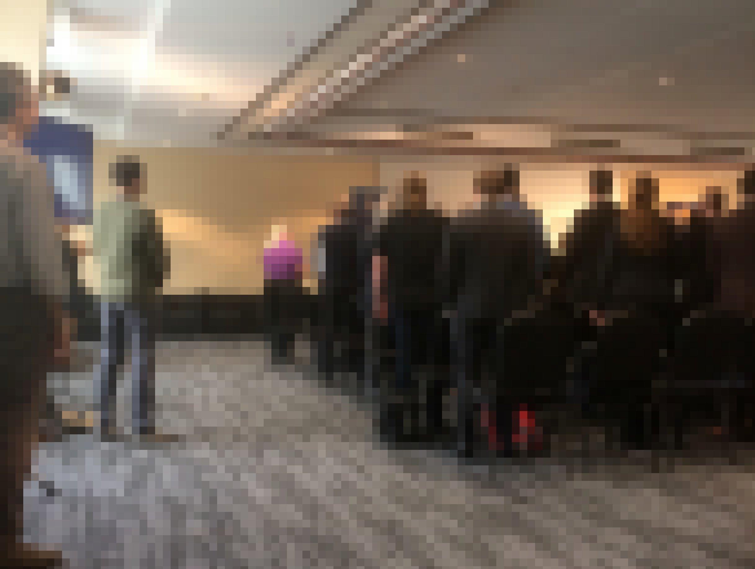 Blick von hinten in einen Konferenzraum: Alle Menschen sind aufgestanden. Nicht sichtbar ist eine Bühne, auf der zu einer Preisverleihung gerade die Nationalhymne von Asgardia eingespielt wird.