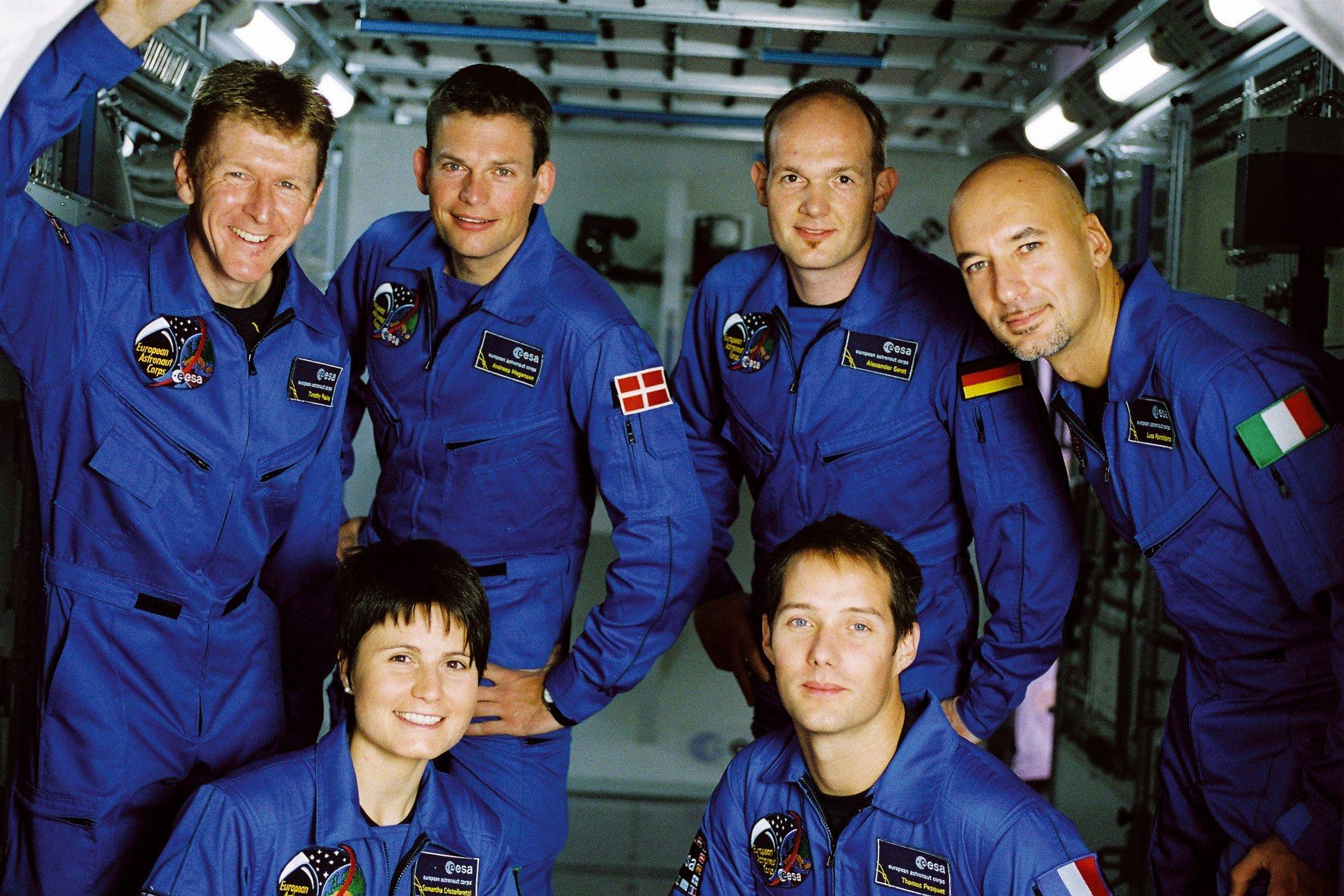 """Die sechs 2009ausgewählten neuen ESA-Astronauten posieren in einem Modell eines Moduls der Raumstation: Timothy """"Tim"""" Peake (GB), Andreas Mogensen (Dänemark), Alexander Gerst (Deutschland), Luca Parmitano (Italien), Samantha Cristoforetti (Italien), Thomas Pesquet (Frankreich)"""