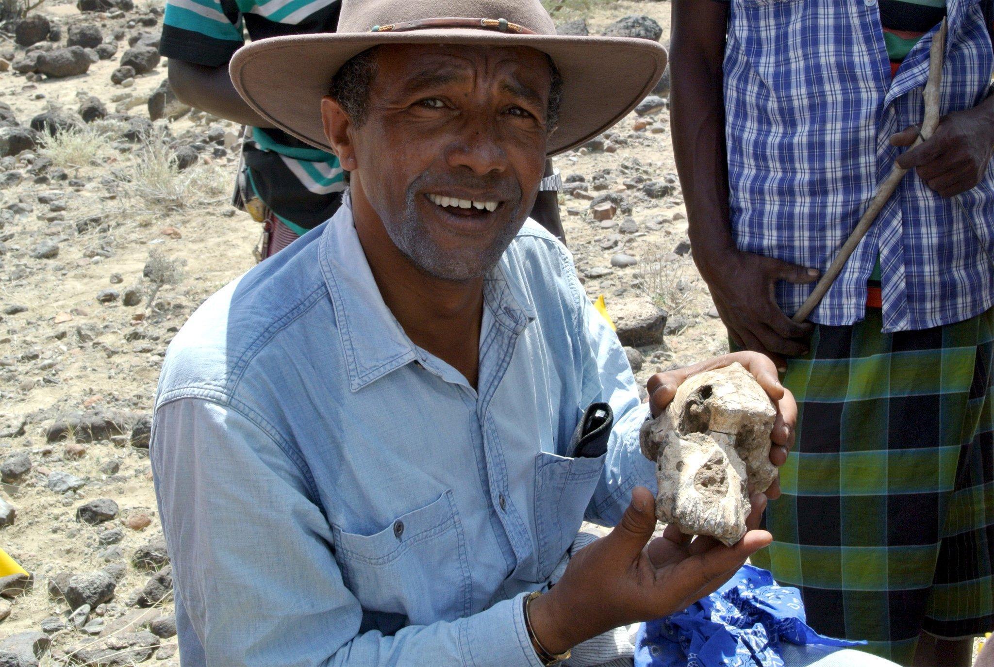 Zu sehen ist der Paläoanthropologe Yohannes Haile-Selassie, der den neu entdeckten Schädel an der Grabungsstelle Miro Dora in den Händen hält. Wie wichtig das Fossil für die menschliche Evolution ist, wird Haile-Selassie schon bald darauf klar.