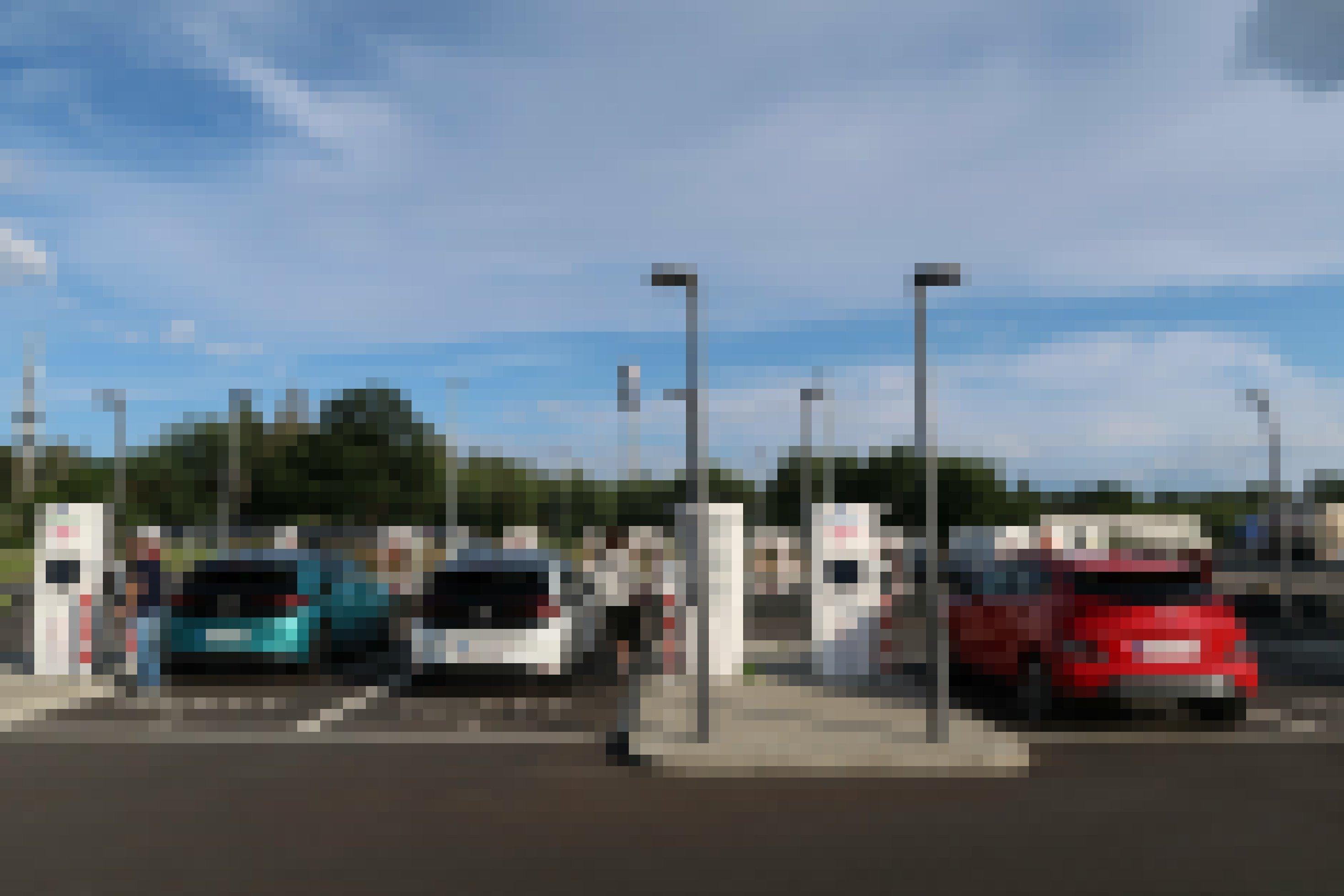 Mehrere Elektroautos tanken Strom an Schnellladesäulen.