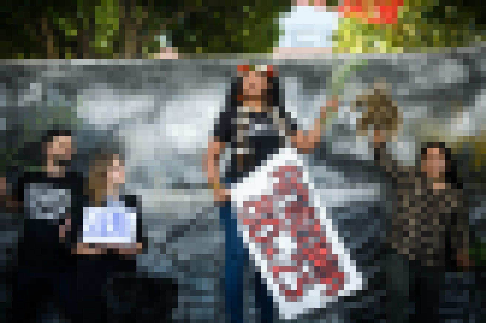 """Die indigene Führerin Claudette Labonté aus französisch Guiana  hält ein Plakat mit der Forderung """"Amazonia 80×25"""" in der rechten Hand."""