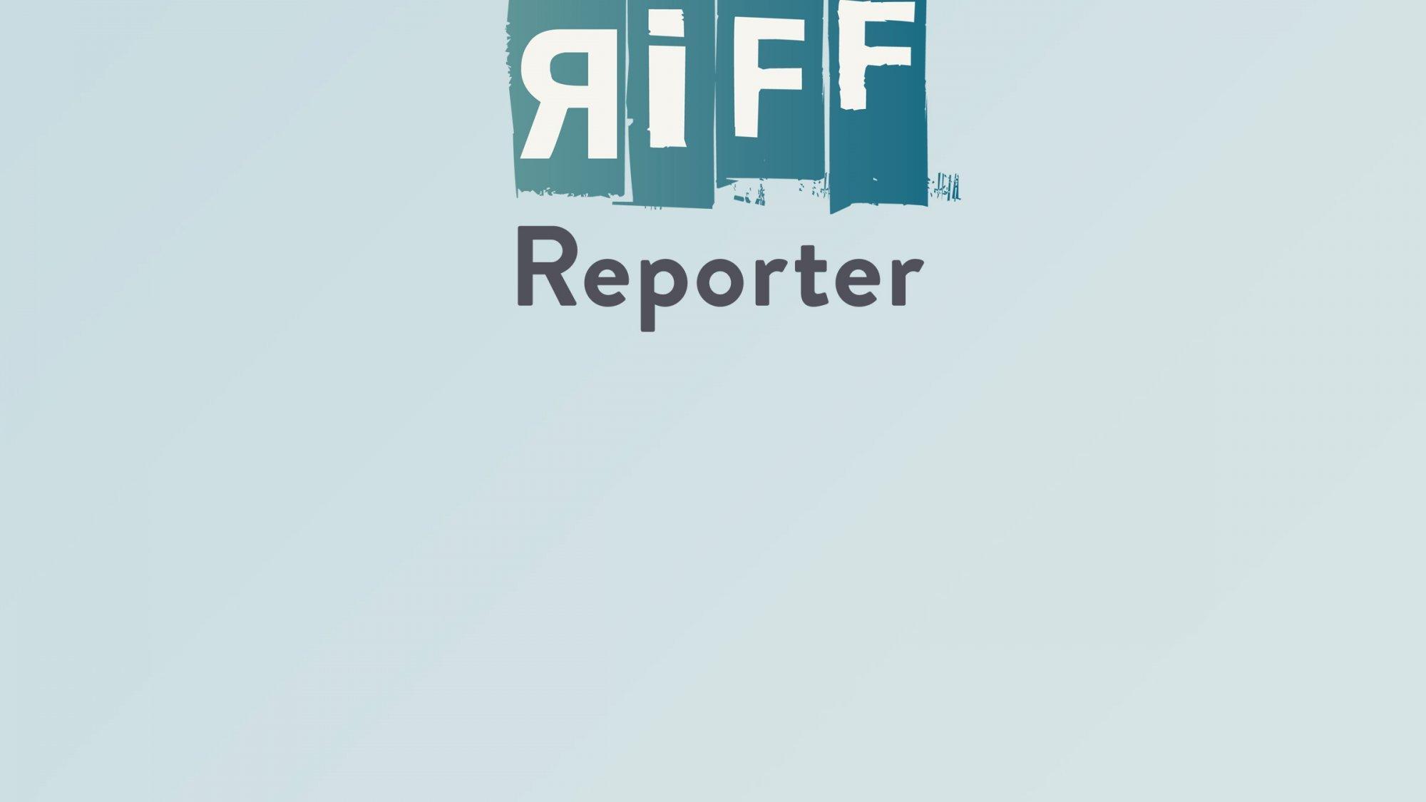 Viele Menschen sind bei einer Fahrraddemo auf Fahrrädern unterwegs
