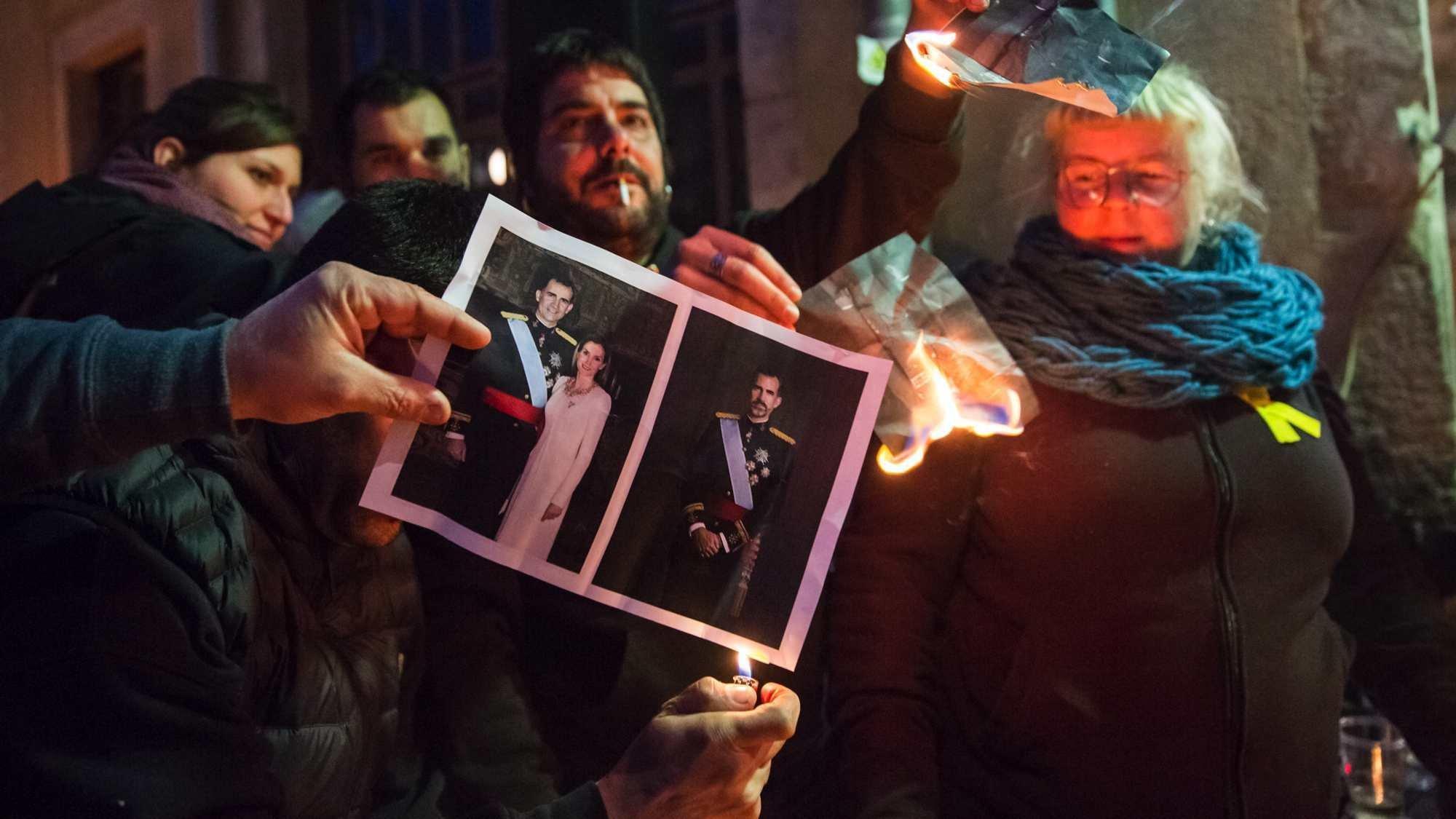 Öffentliche Bilder-Verbrennung als Protest gegen den spanischen König in Girona