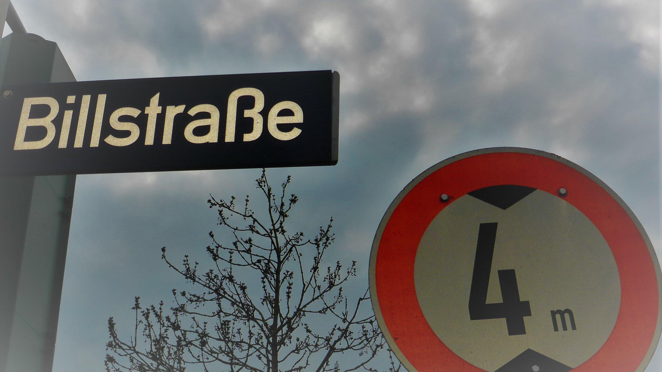 """Straßenschild """"Billstraße"""", daneben ein Warnschild, das Fahrzeugen höher als 4Metern die Durchfahrt untersagt."""