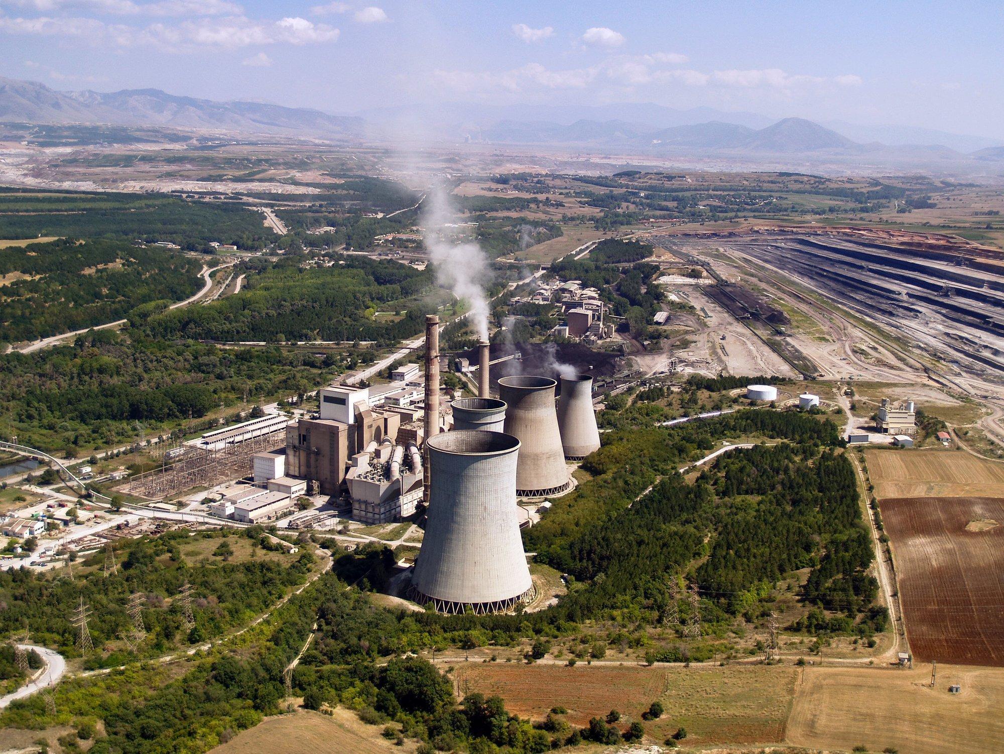 Kohlekraftwerk und Tagebau aus der Luft