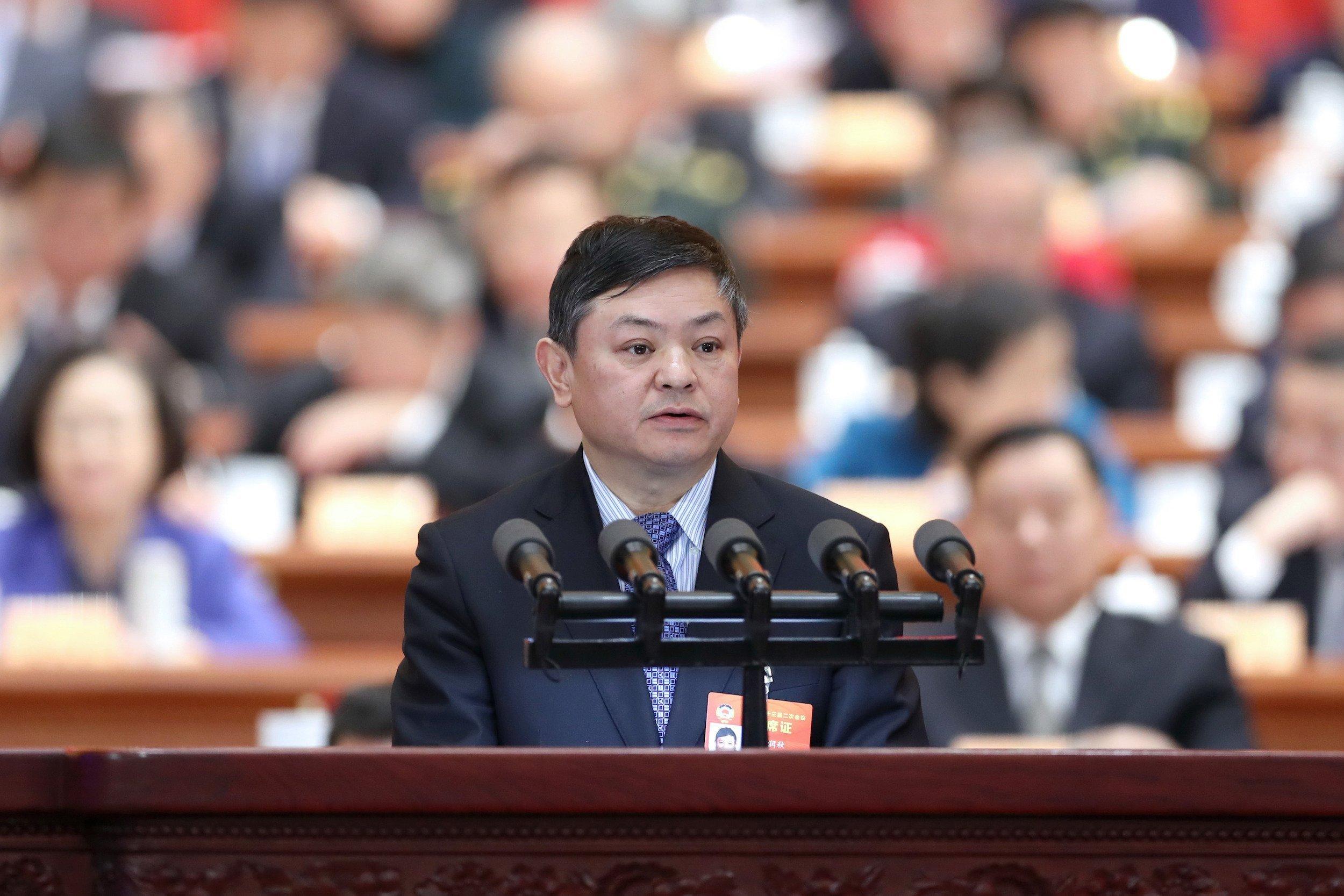 Der Minister am Rednerpult, hinter ihm eine unscharf abgebildete Zuhörermenge.