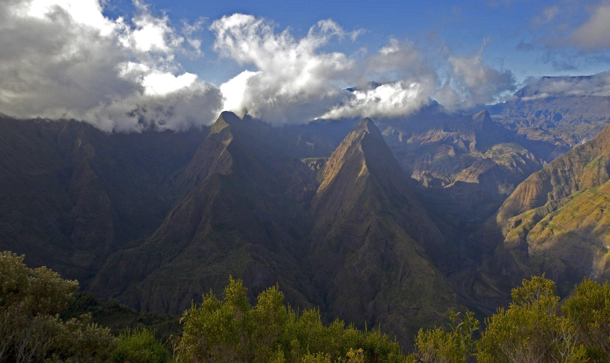 Eine Landschaftsaufnahme des Maffatt-Gebirges auf La Reunion