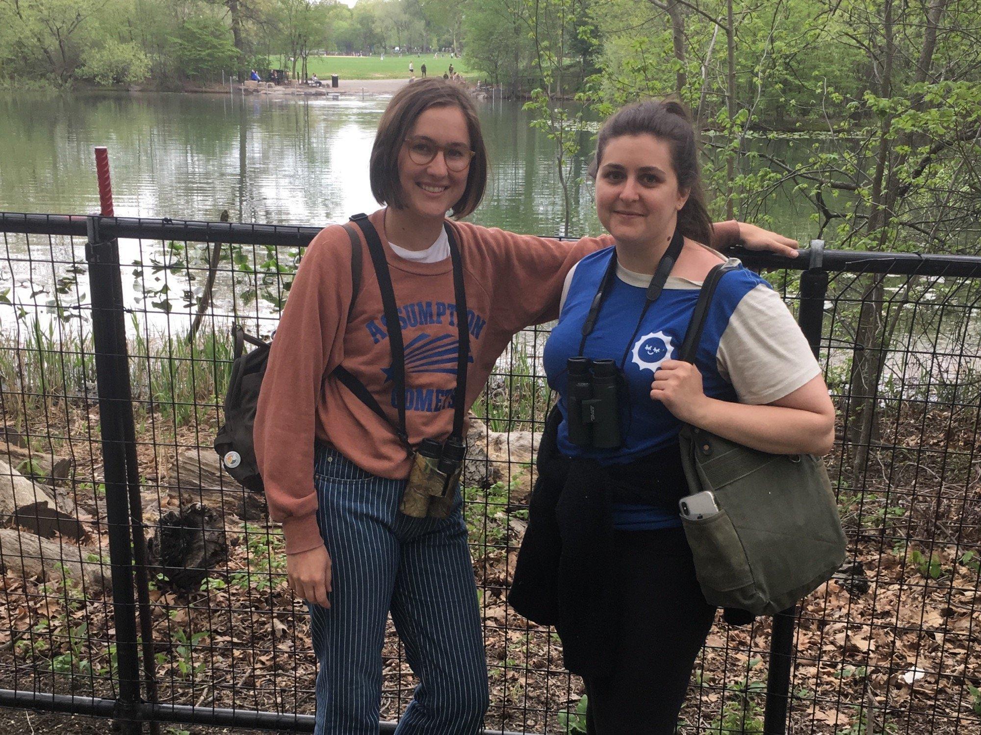 Zwei Mädchen stehen mit Fernglas im Naturpark.