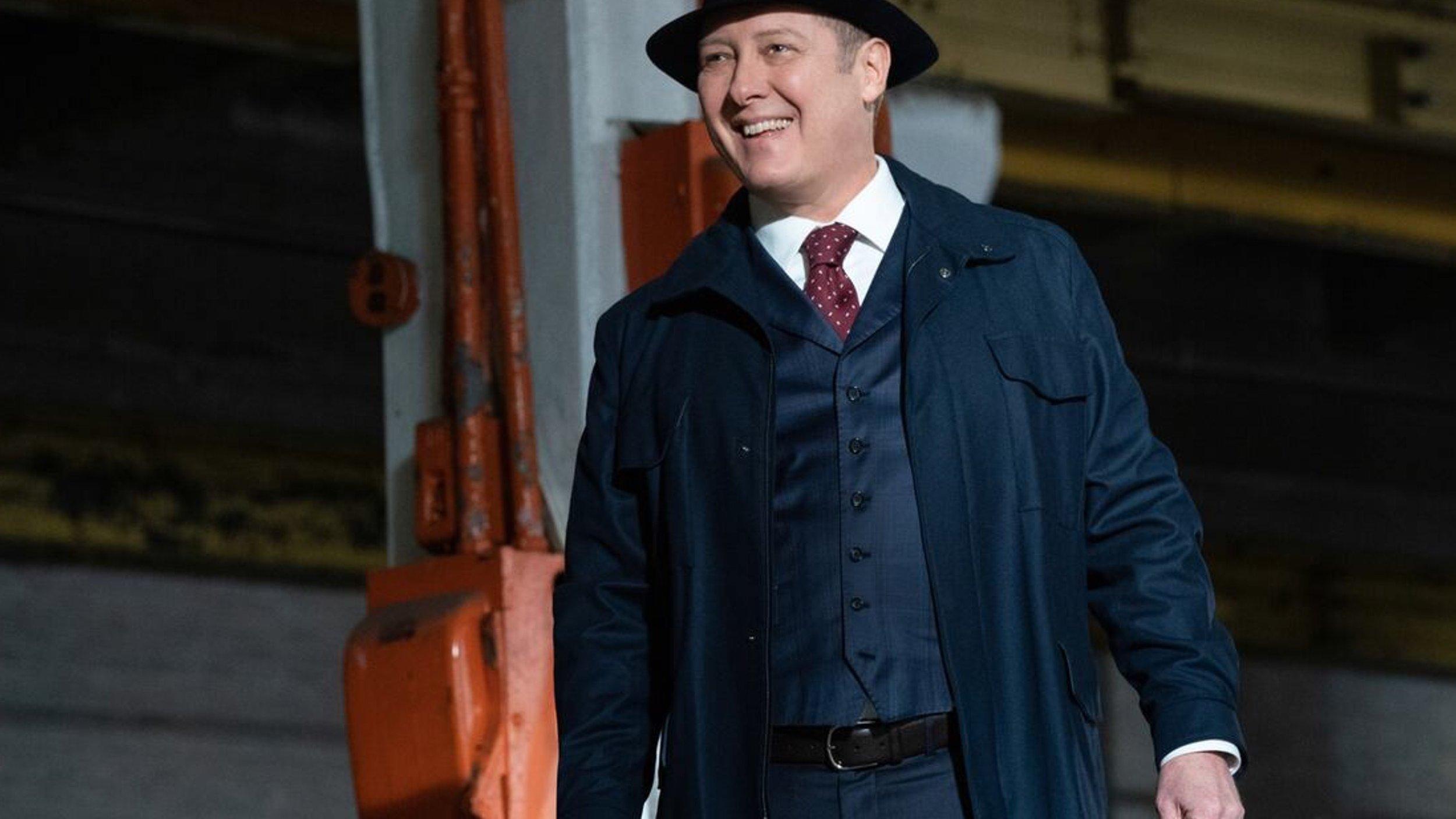 Reddington in einer Maschinenhalle, er grinst ziemlich arrogant