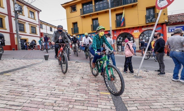 Claudia López, die Bürgermeisterin von Bogotá, fährt über die neu geschaffenen Fahrradwege der Stadt.