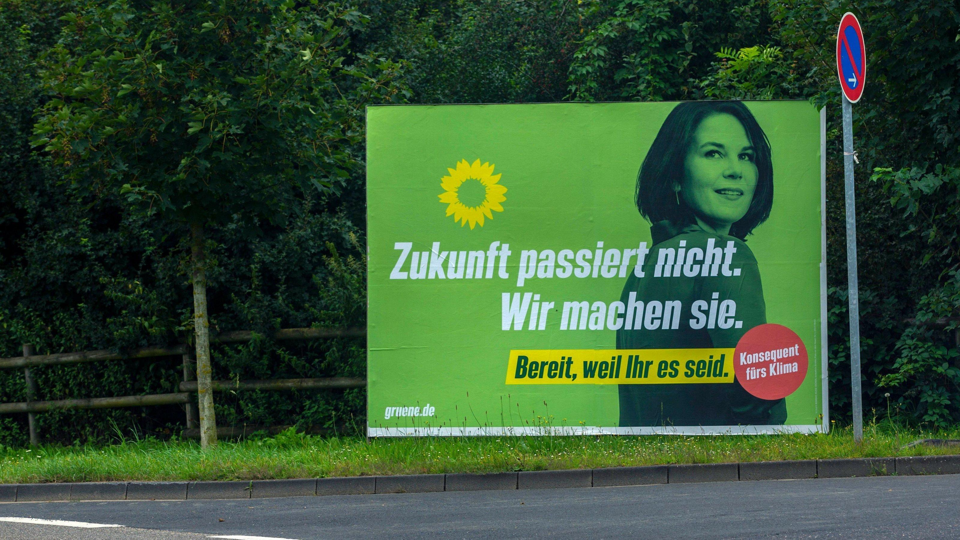 """Das Plakat der  Partei Die Grünen mit einem Porträt von Annalena Baerbock und dem Slogan """"Zukunft passiert nicht, wir machen sie""""."""