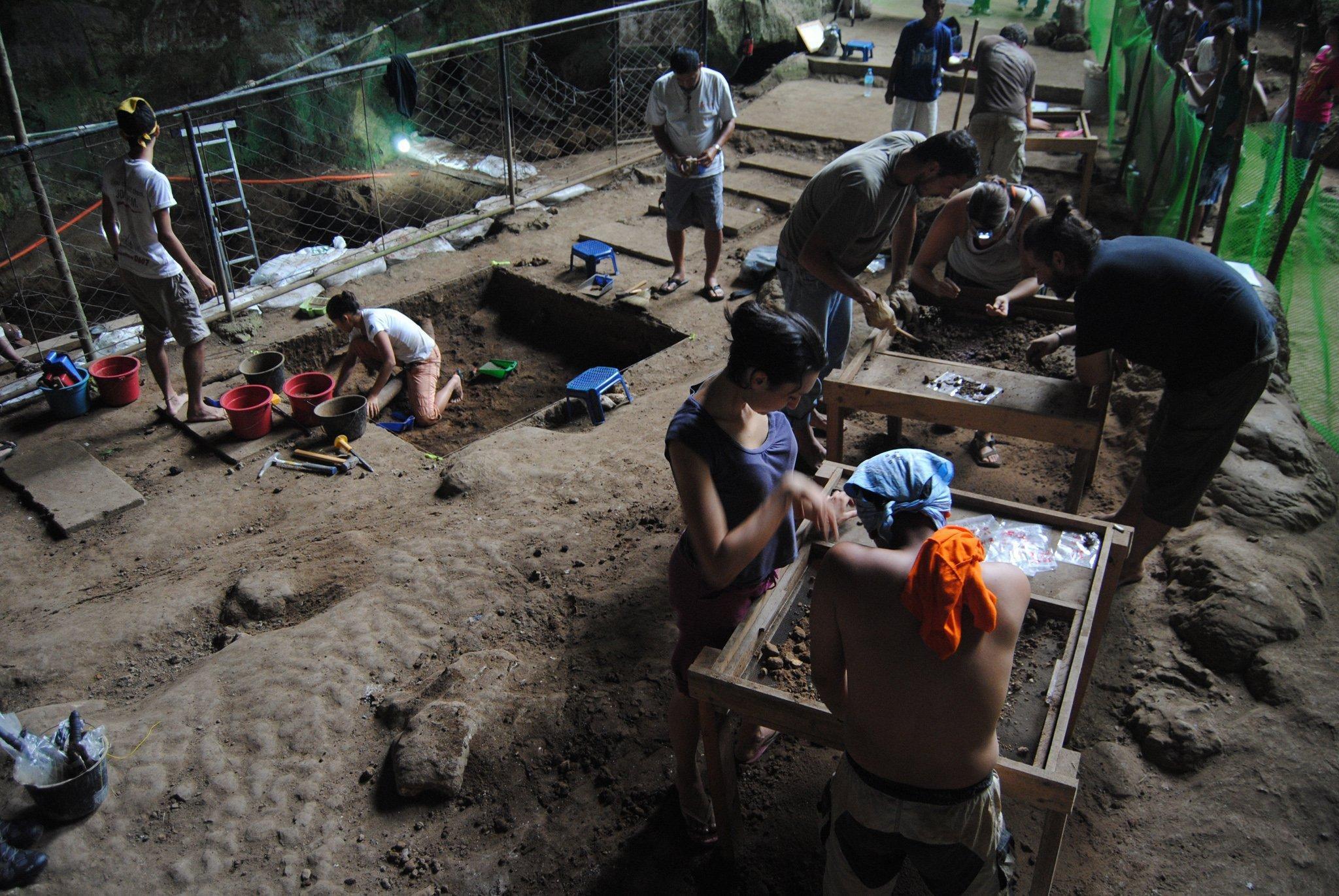 Am Boden der philippinischen Callao-Höhle sind arbeitende Wissenschaftler zu sehen, die in mühsamer, detektivischer Kleinarbeit  Fossilien freilegen. Hier fanden sie die Überreste von Homo luzonensis: Zähne, Fuß- und Handknochen sowie einen Oberschenkelknochen.