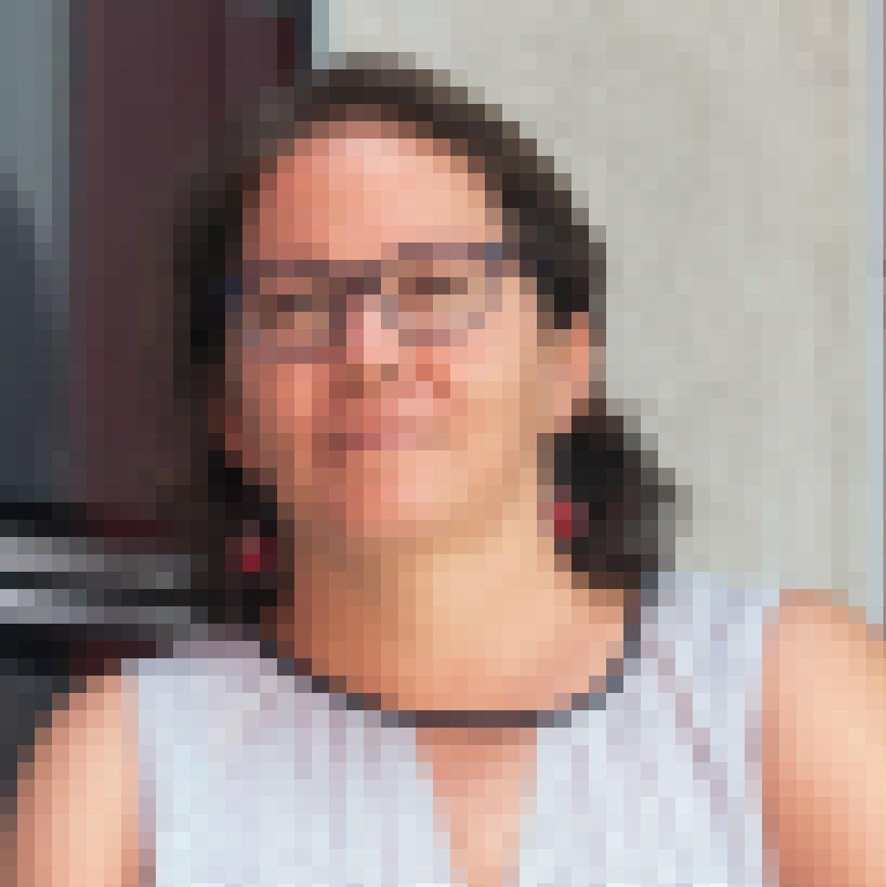 Gesicht einer Frau, halblange braune Haare, Brille, hellhäutig, ca. 45Jahre.