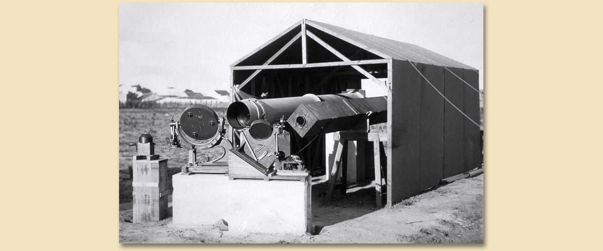 Das Camp in Sobral: Mit zwei Heliostaten lenkten Crommlin und sein Team das Sonnenlicht in zwei waagerecht gelagerte Teleskope.