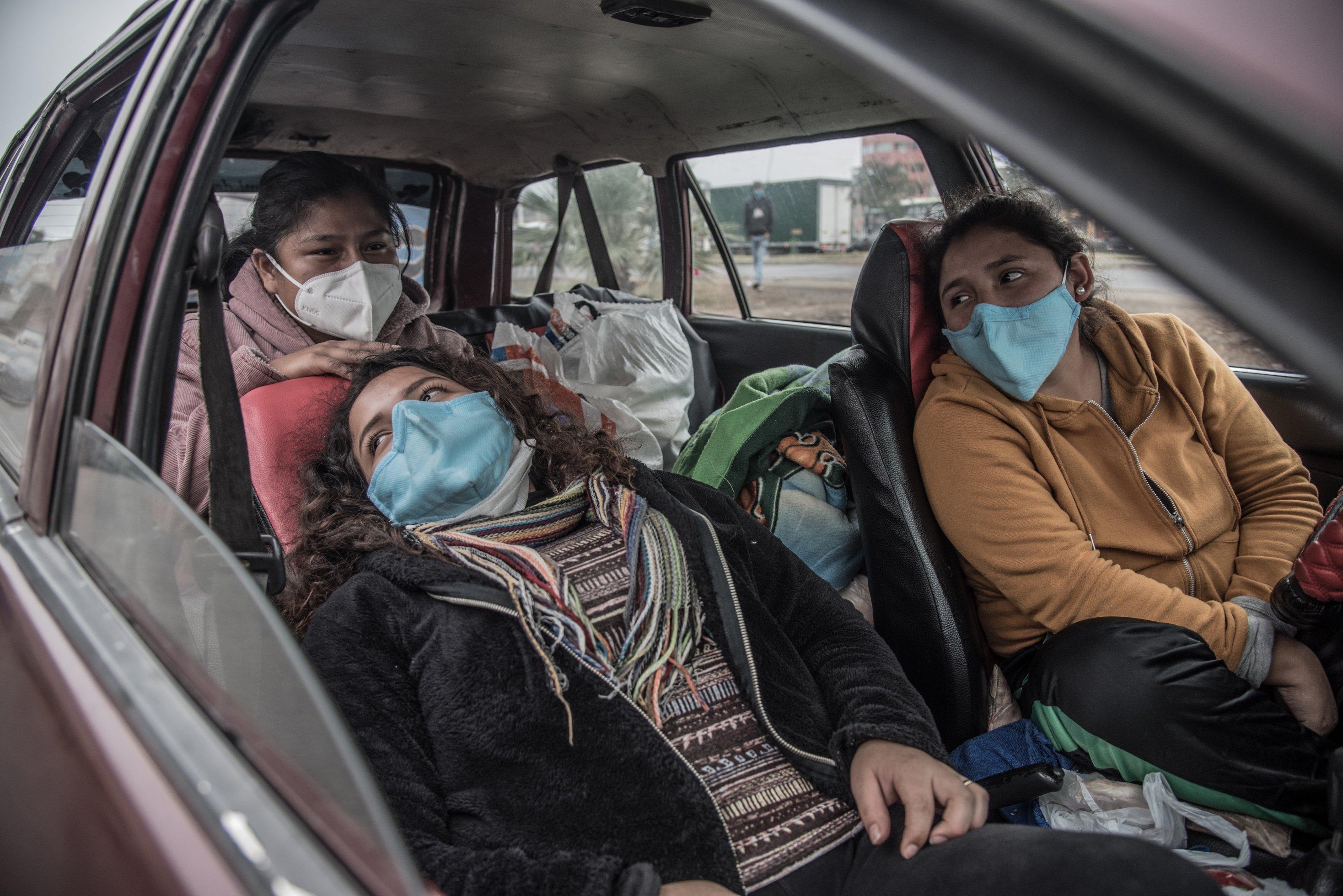 Carmen Meza und zwei Freundinnen warten im Auto darauf, dass sie an die Reihe kommen, um Sauerstoff zu kaufen.