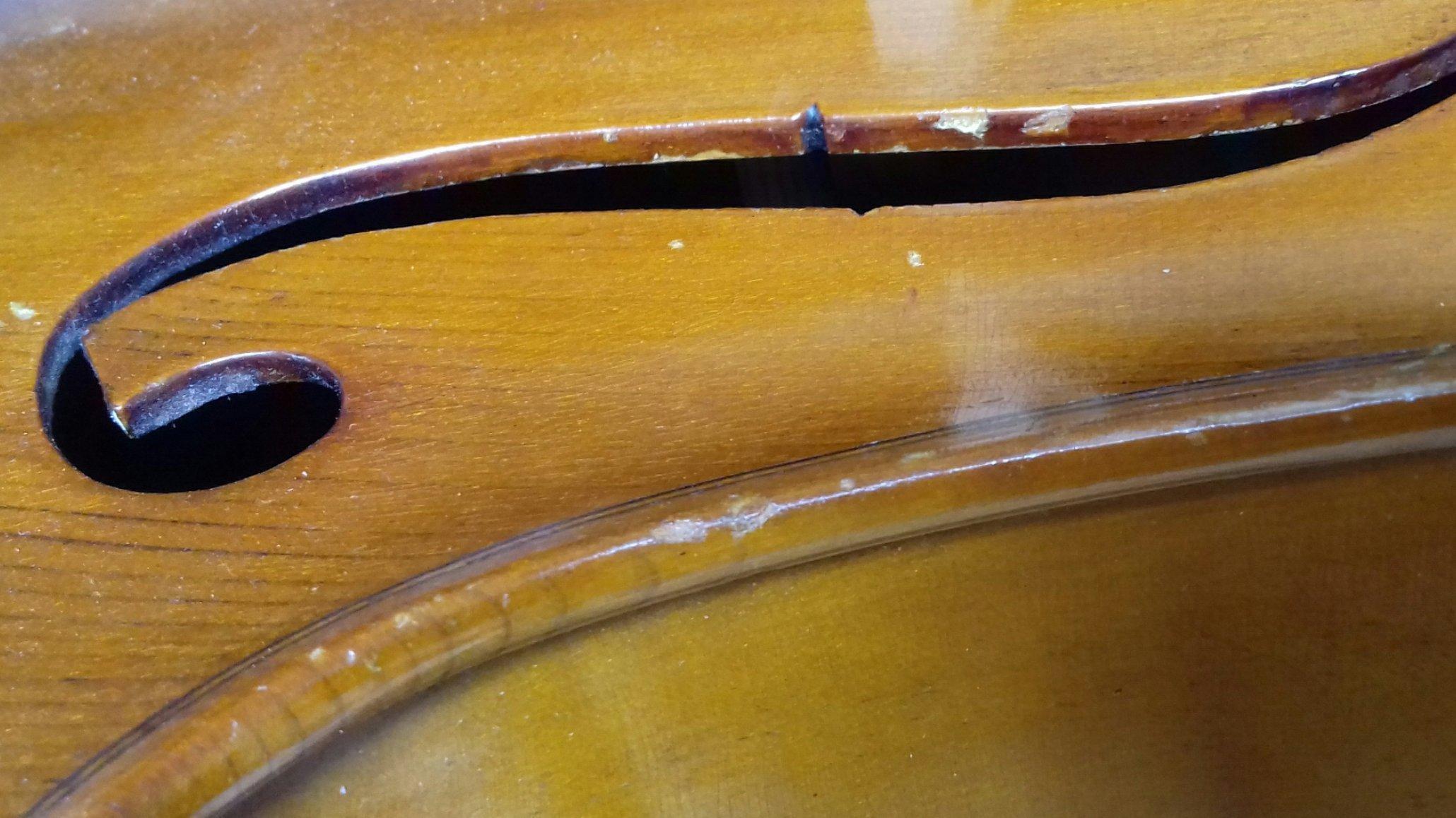 F-Loch eines Cellos