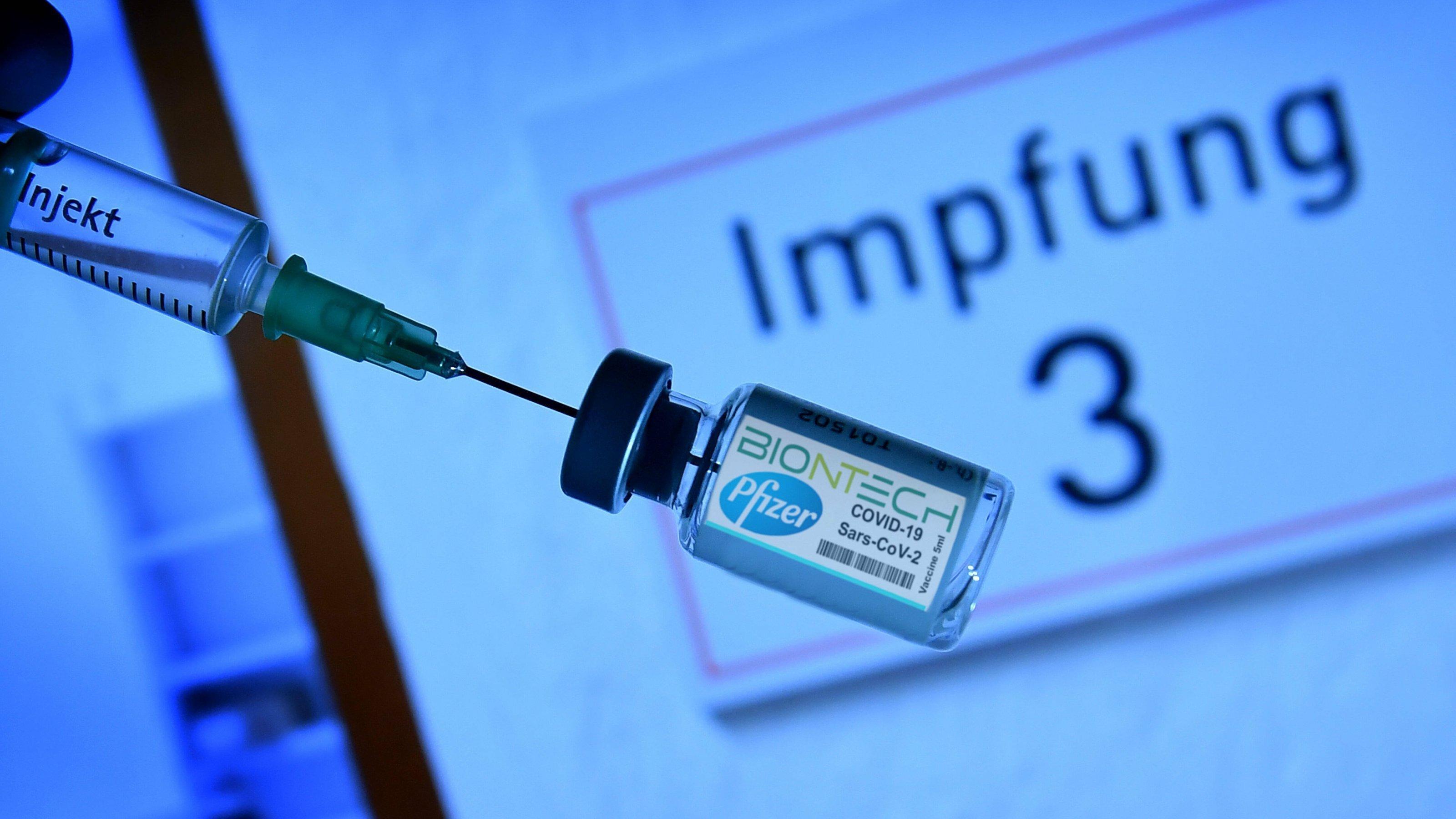Eine Ampulle des Pfizer-Impfstoffs