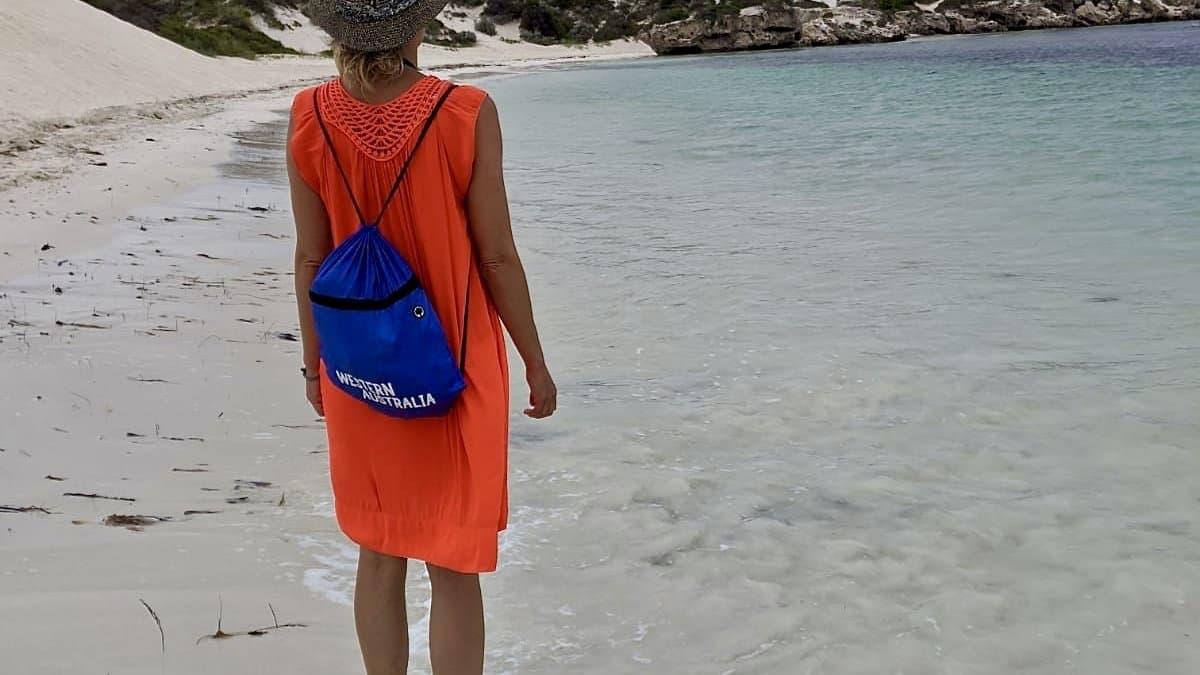 Das Bild zeigt die Autorin, wie sie ratlos ins Meer guckt. Sie ist im April 2020eine von zehntausenden Corona-Gestrandeten in Australien