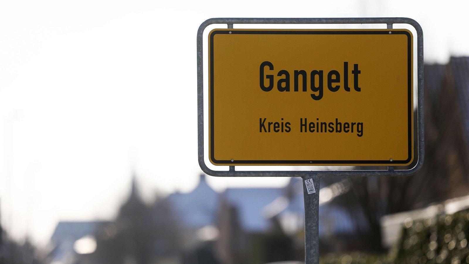 Ein Ortseingangschild am Straßenrand.