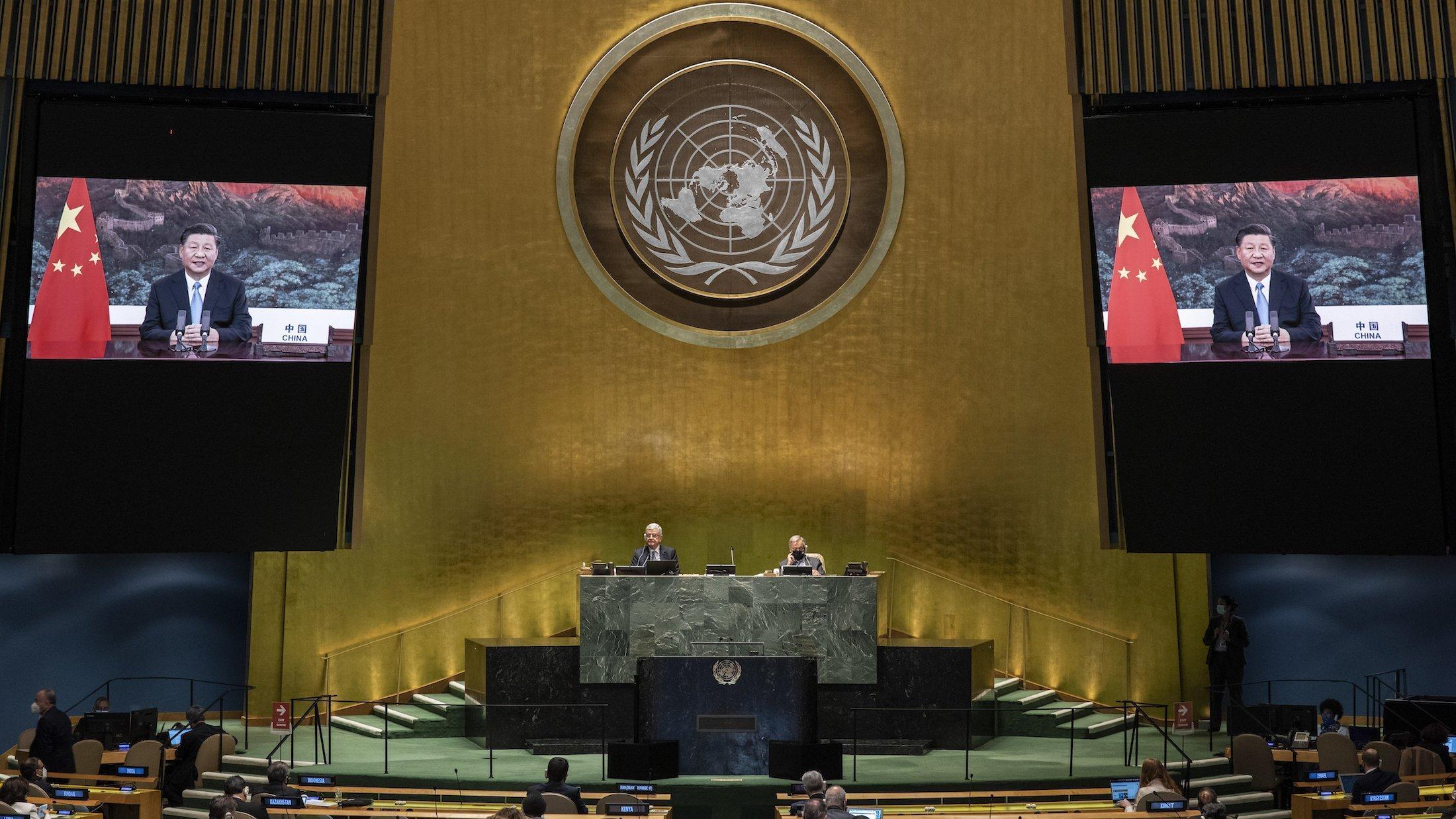 Das Bild zeigt den Plenarsaal der Vereinten Nationen mit seiner goldfarbenen Frontseite und den mächtigen Säulen während der laufenden Generalversammlung. Der Saal ist aber nur spärlich besetzt, weil wegen der Corona-Pandemie die Staats- und Regierungschefs von zuhause aus sprechen.