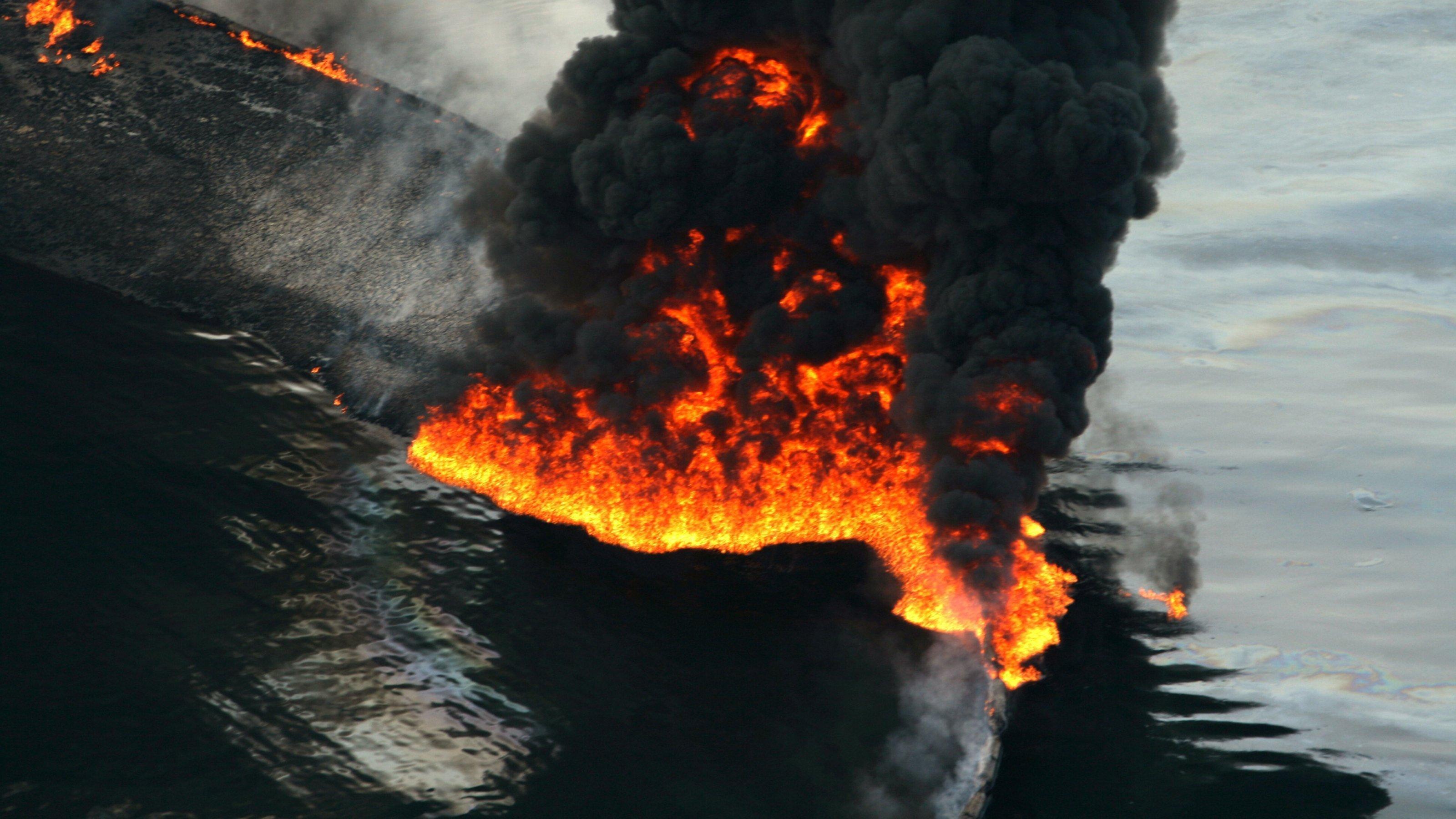 Nach der Explosion der Deepwater Horizon brennt ausgelaufenes Öl im Golf von Mexiko