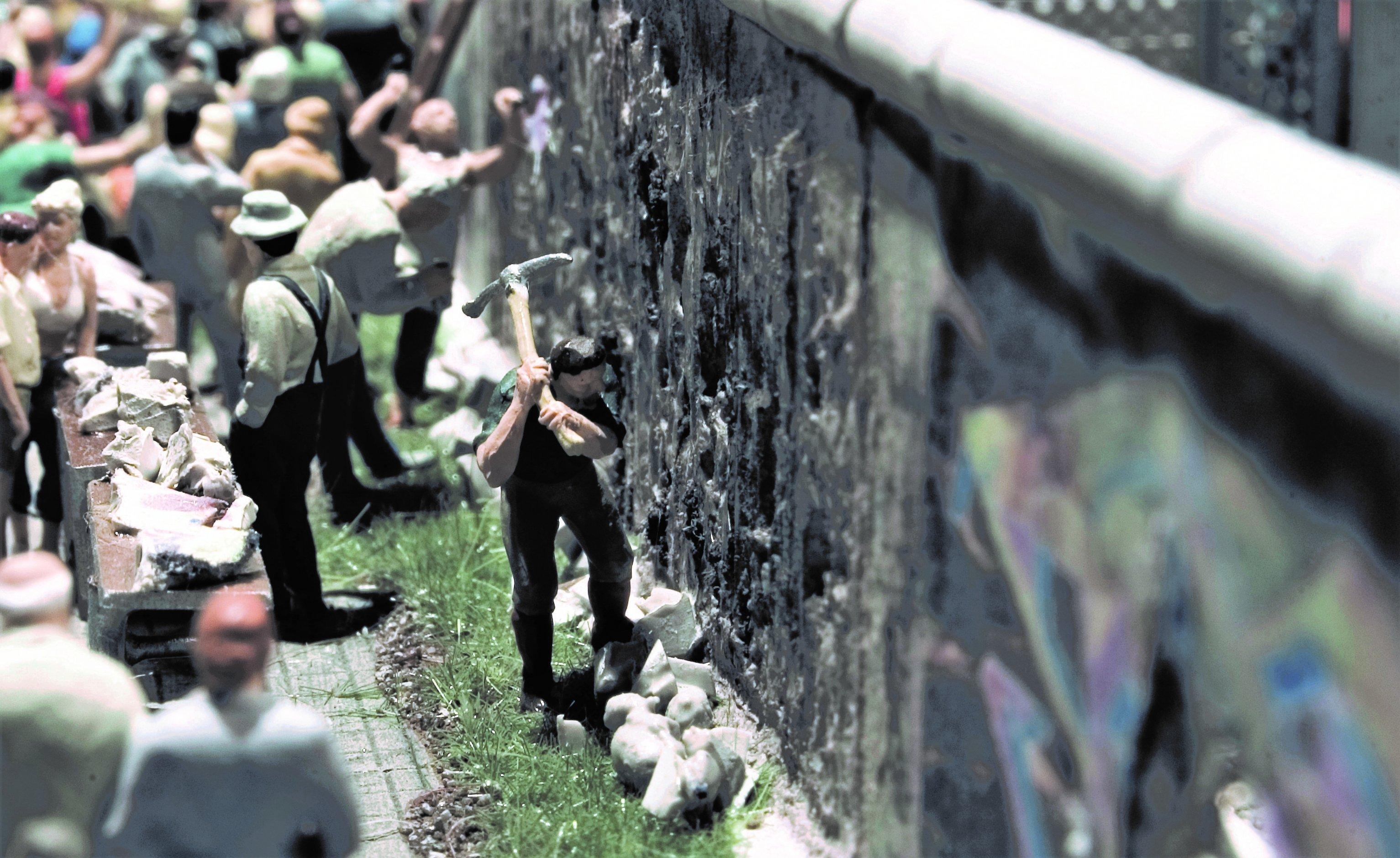 """Miniaturinstallation von """"Mauerspechten""""."""