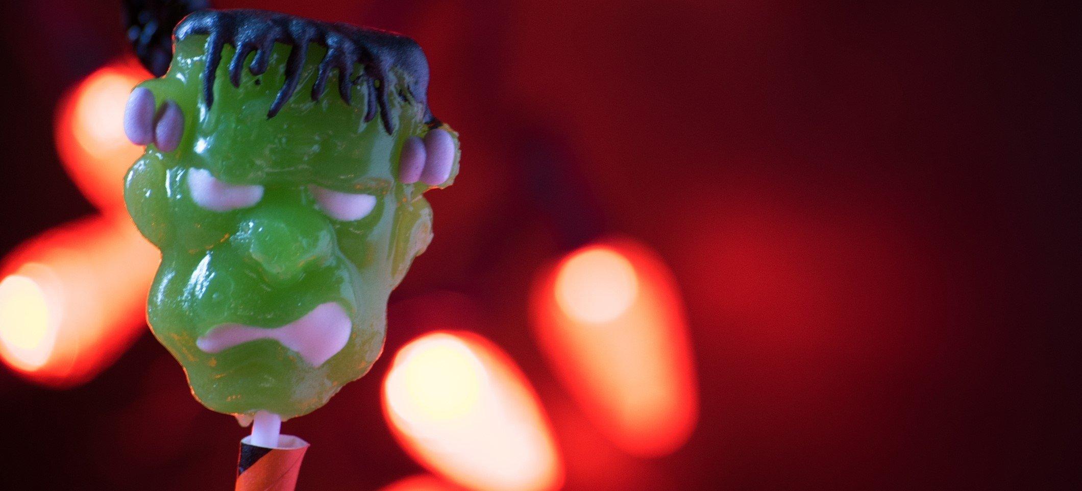 grüne Frankenstein-Figur in Effekt-Beleuchtung