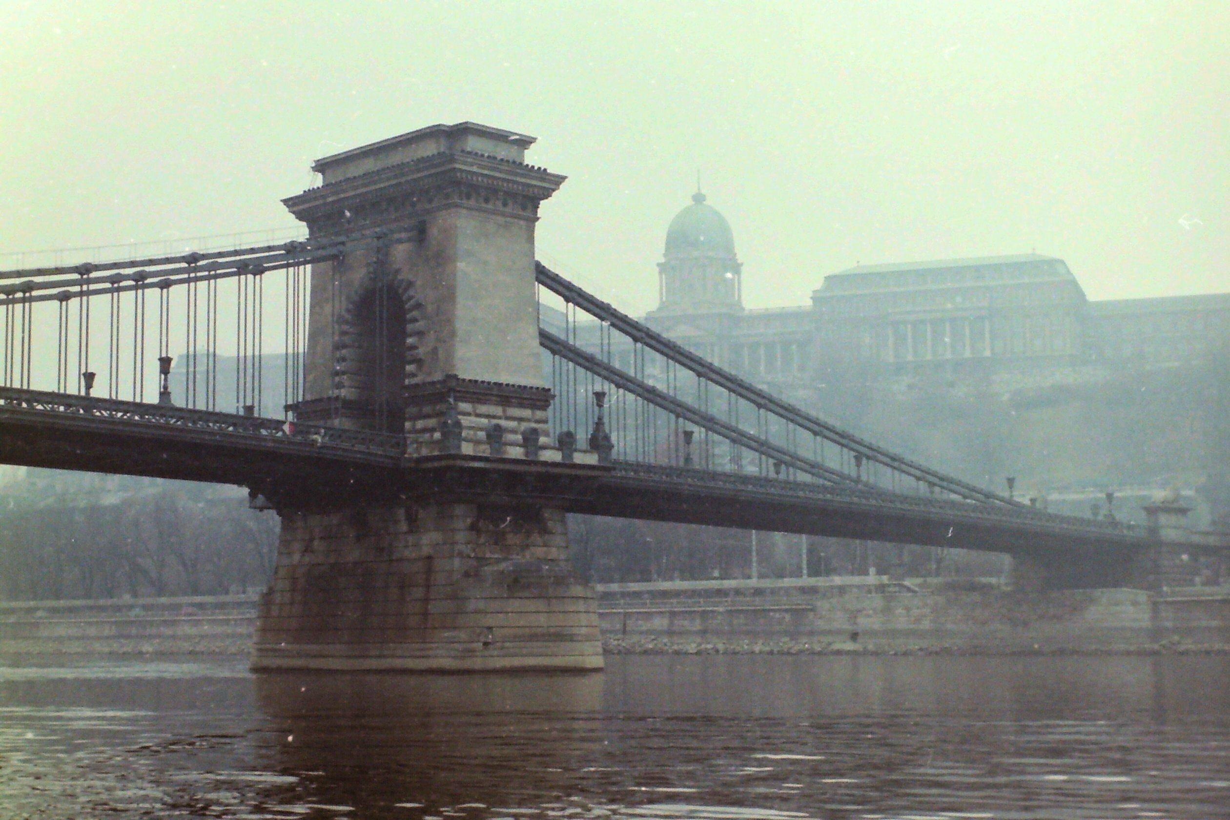 Alte Brücke über den Fluss und Palast
