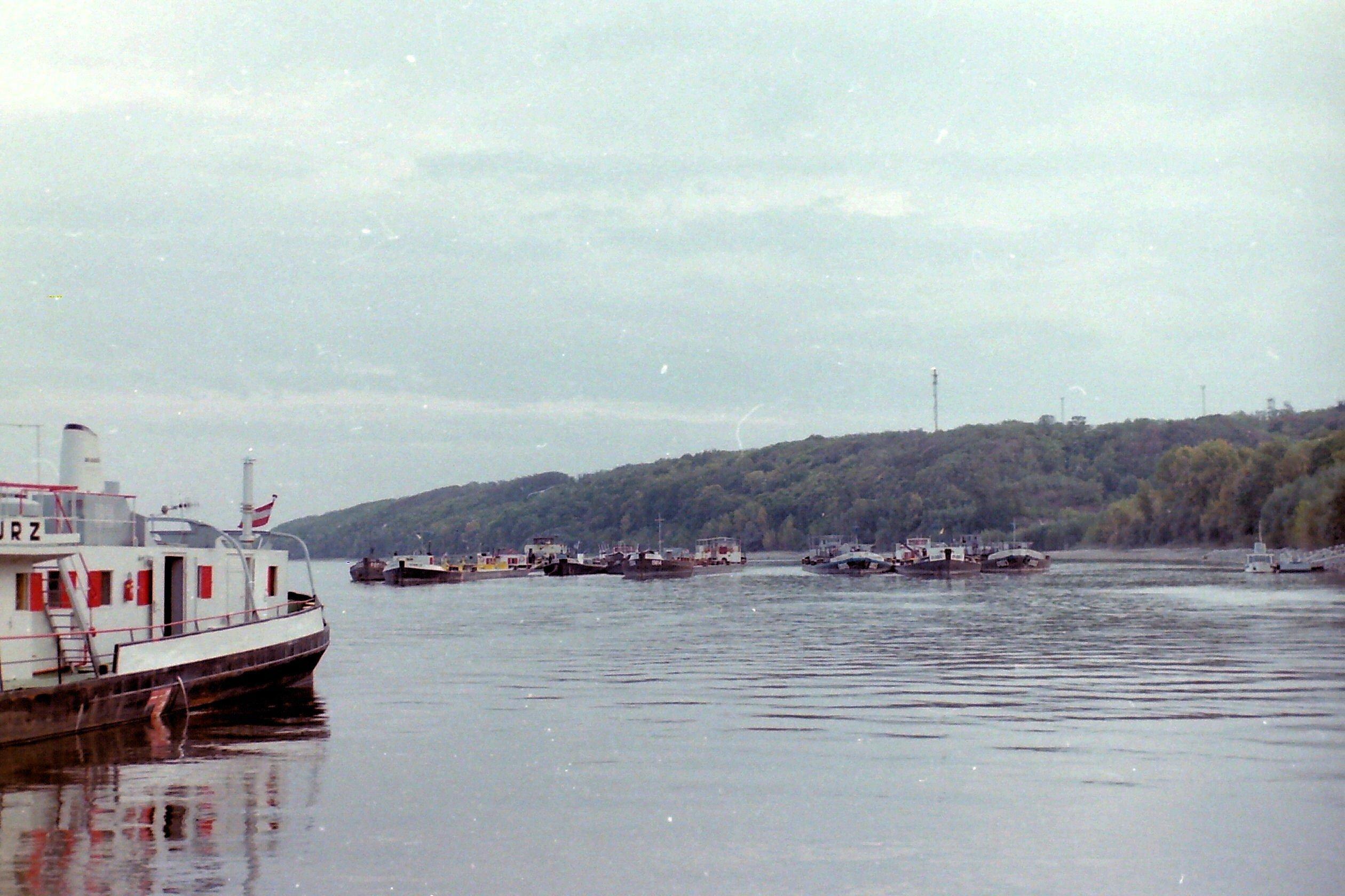 Frachtschiffe stehen auf dem Fluss