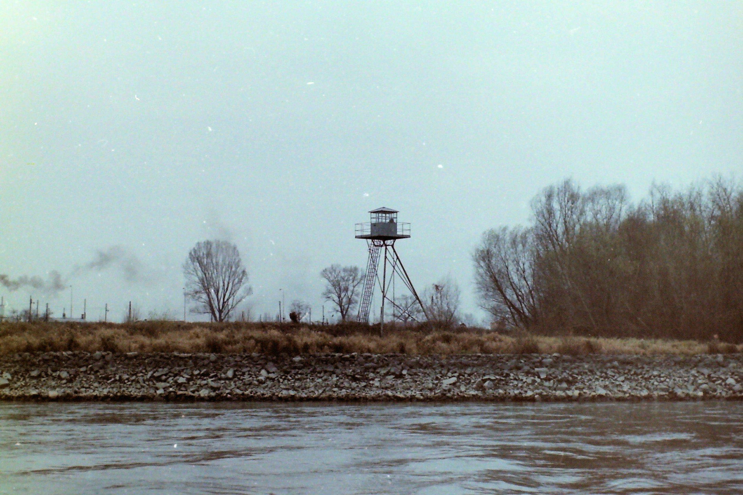 Eiserner Turm am Ufer zur Grenzkontrolle