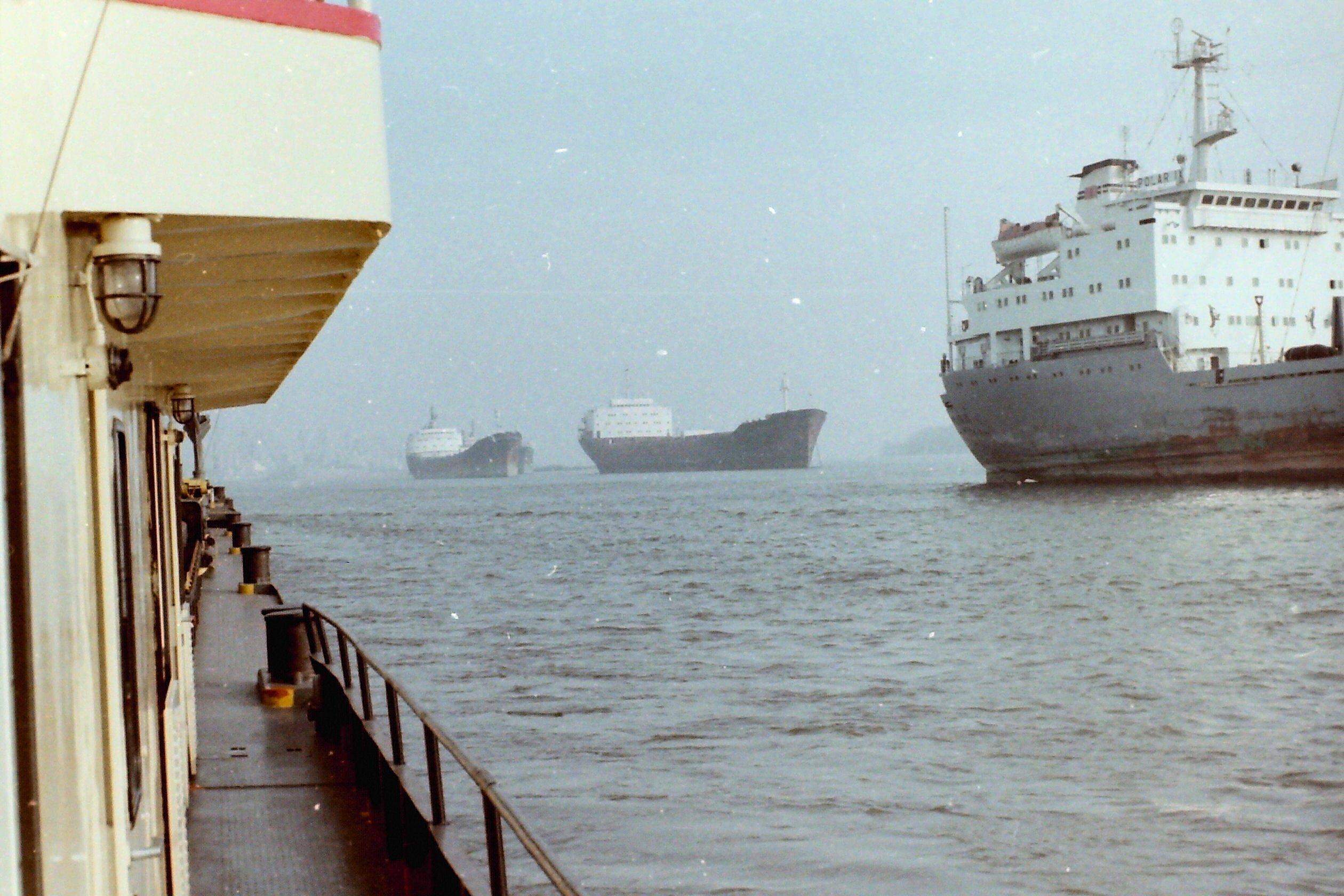 Drei große Passagierschiffe vom kleinen Frachtschiff aus gesehen