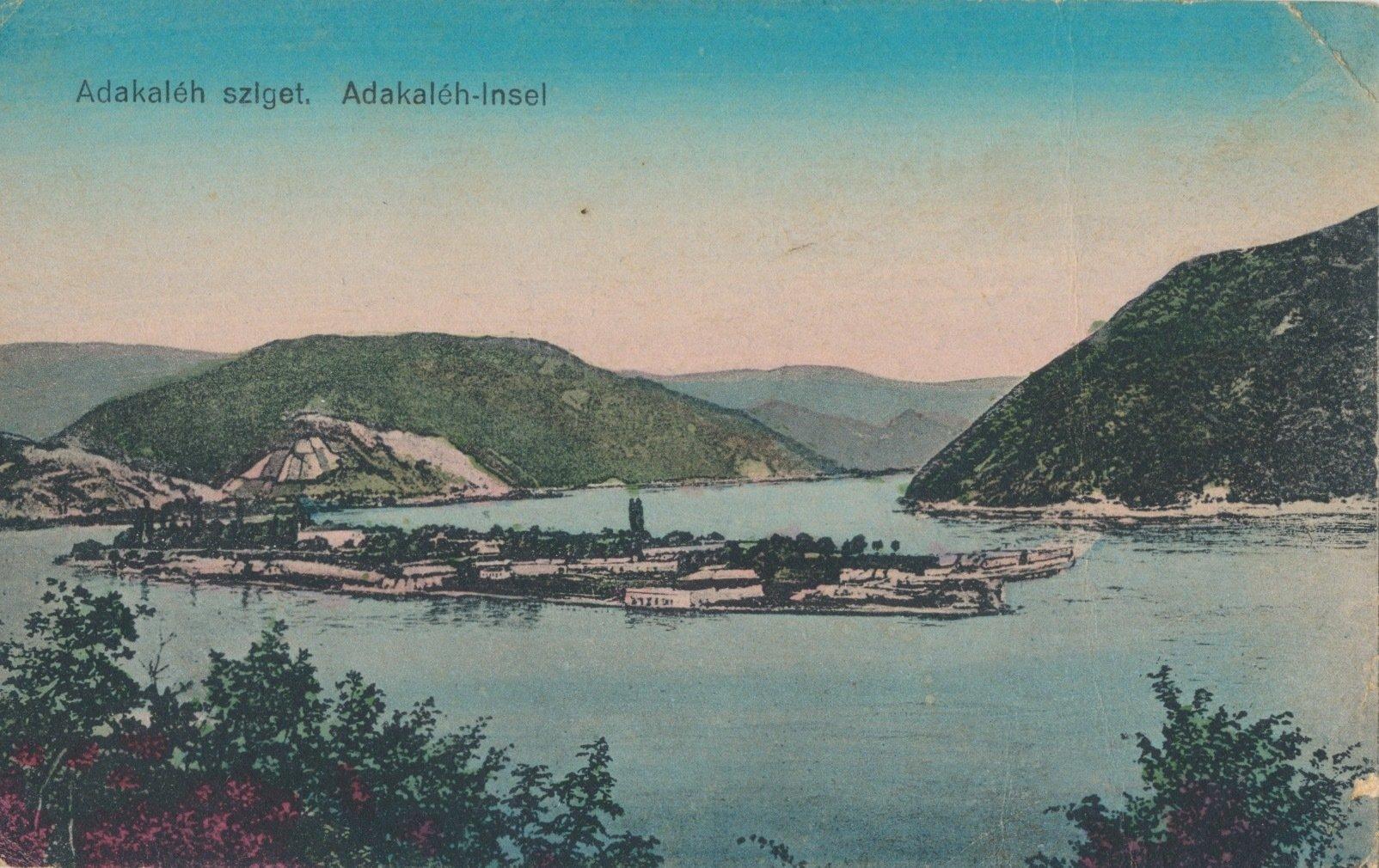 Kolorierte Postkarte einer kleinen Insel im Fluss zwischen schroffen Bergen.