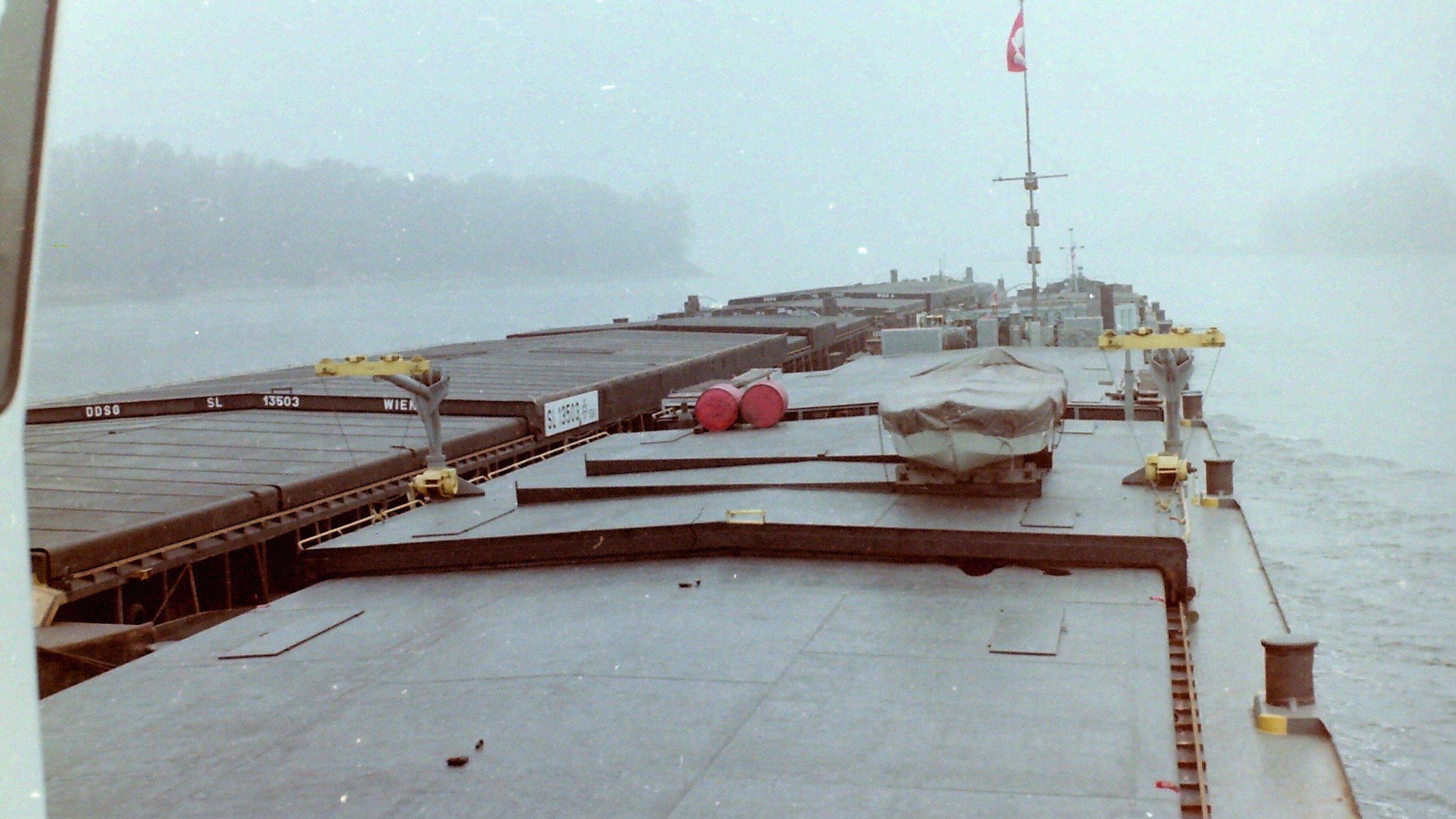 Blick über den Frachtteil eines Schubschiffes auf der Donau.