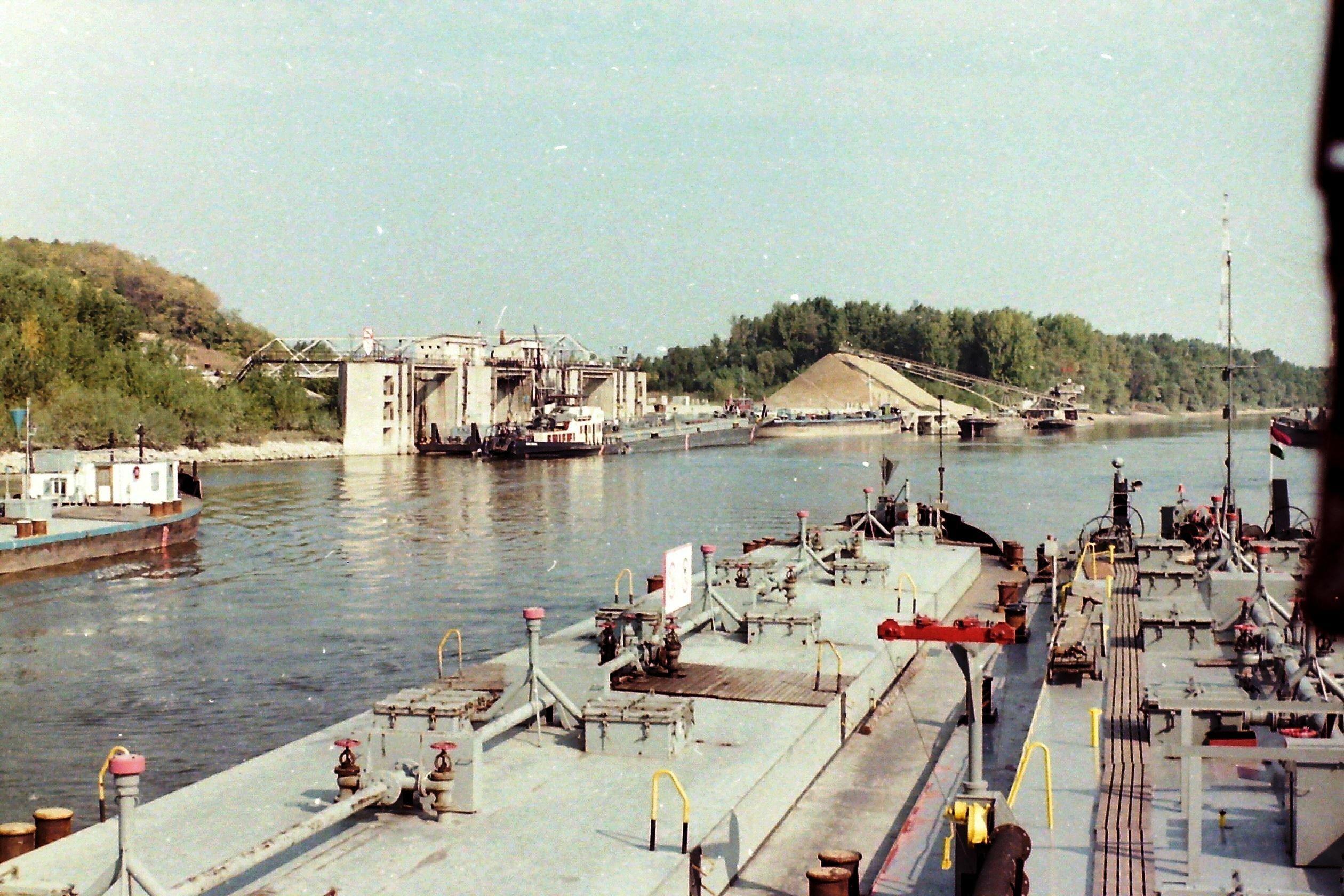 Frachtschiff auf dem Fluss an einer Ladestation