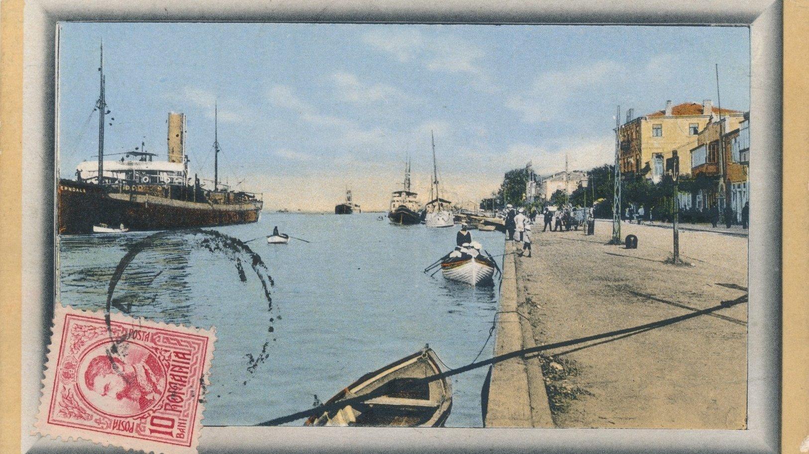Alte illustrierte Postkarte mit Briefmarke mit Fluss, Häusern, Schiffen, Menschen