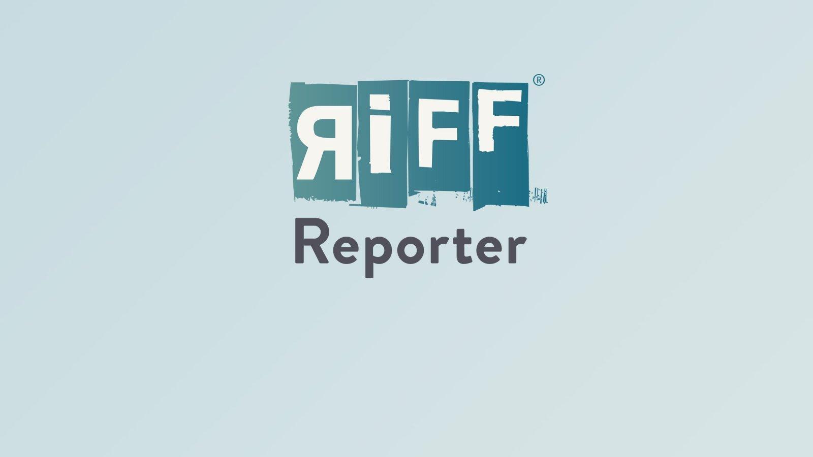Zwei Astronauten, deren Helme man sieht, blicken auf blau schimmernde Touchscreens im Cockpit der Kapsel Dragon-2