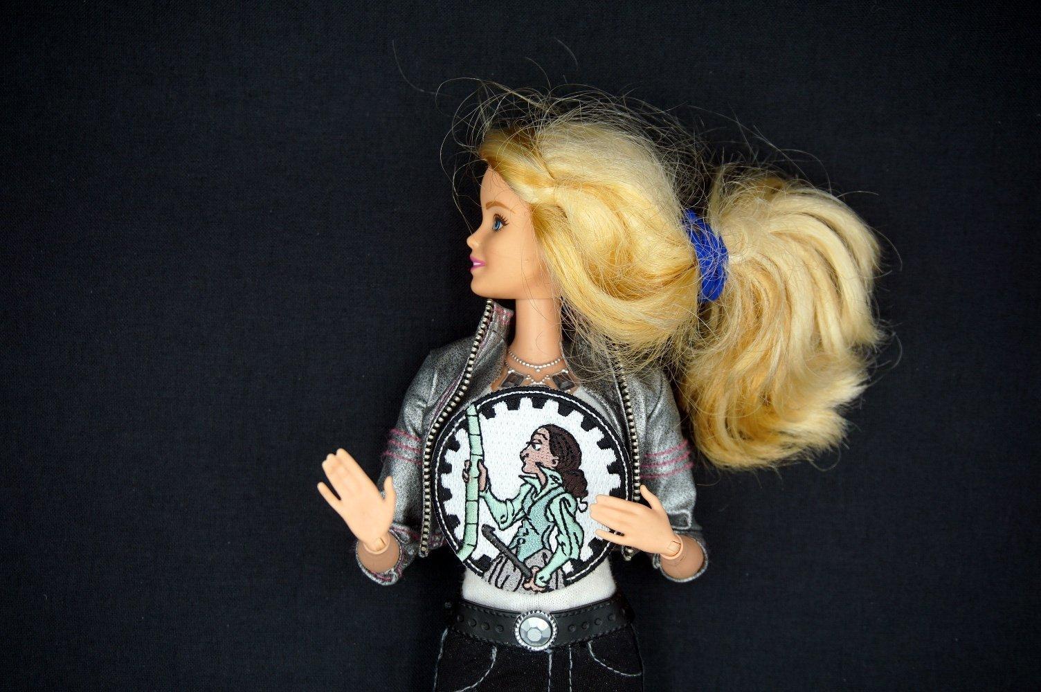 Eine sprechende Barbie-Puppe mit Ada Lovelace T-Shirt