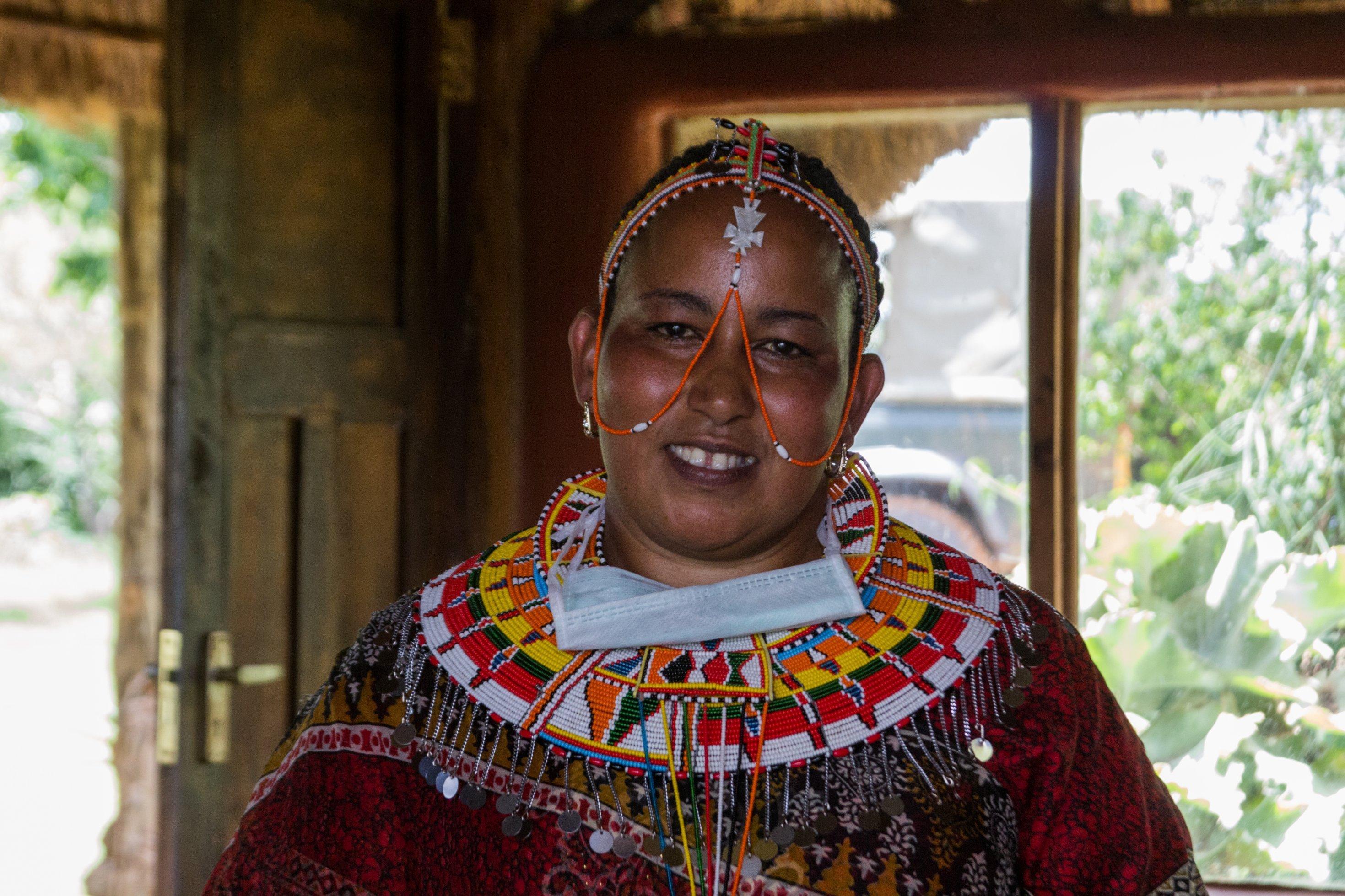 Ellie Modeste leitet mit ihrem Mann im Nordwesten Laikipias eine Lodge, die der Massai-Gemeinschaft gehört. Ellie Modeste ist jung, Mitte 30. Sie trägt aufwändigen Perlenschmuck der Massai: eine breite Halskrause und ein Stirnband, von dem Ketten hängen, die auch das Gesicht verziehen.