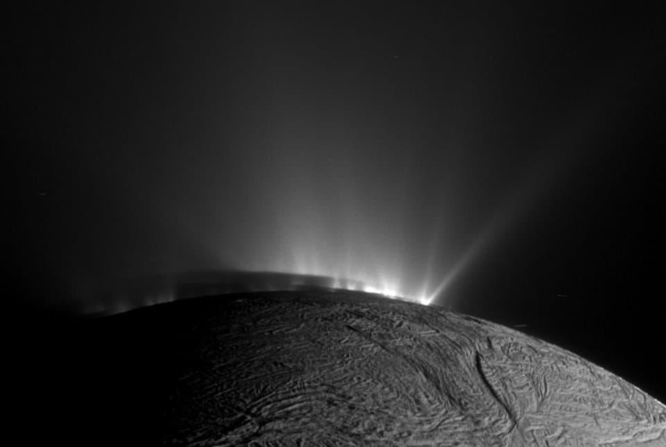 Geysire schießen aus der Oberfläche von Saturnmond Enceladus