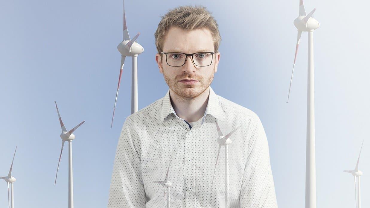 """Das Bild aus dem Fotoband """"Alltagswelten des Klimawandels"""" zeigt einen jungen Mann vor drei Windrädern."""