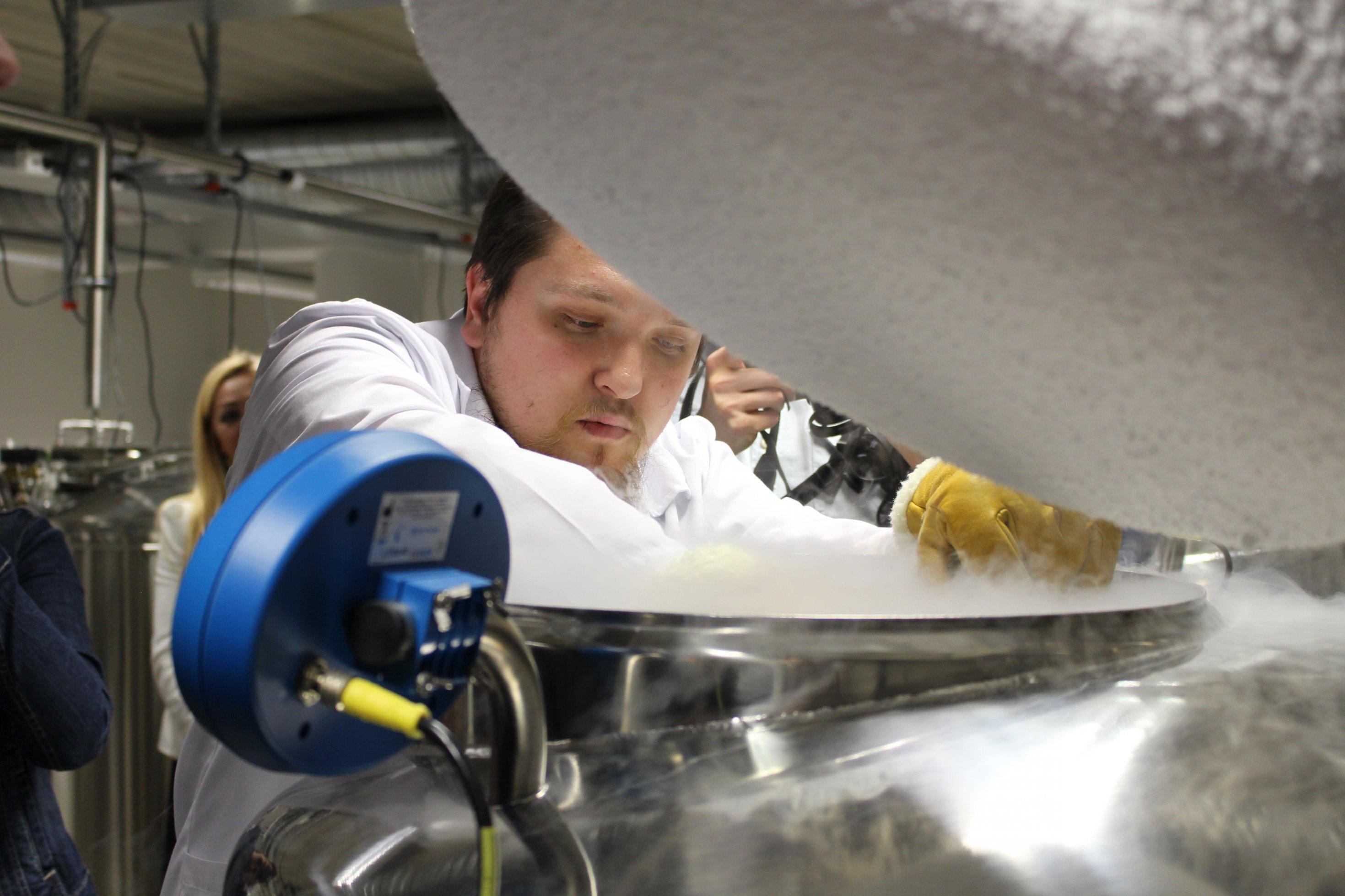 Große Behälter, gekühlt mit flüssigem Stickstoff, dienen als Lager für mehrere Tausend DNA-Proben, die die Bevölkerung Estlands freiwillig abgegeben hat.