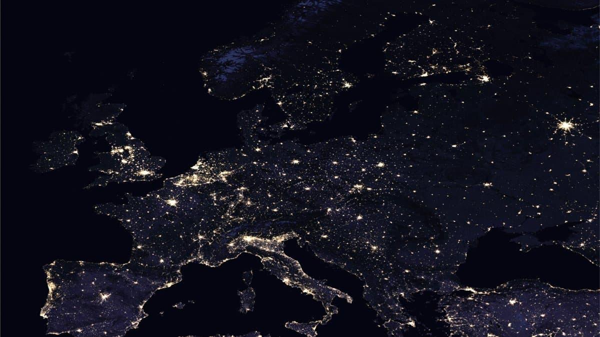 Europa von oben, aufgenommen bei Nacht. Man sieht Lichter, die leuchten.