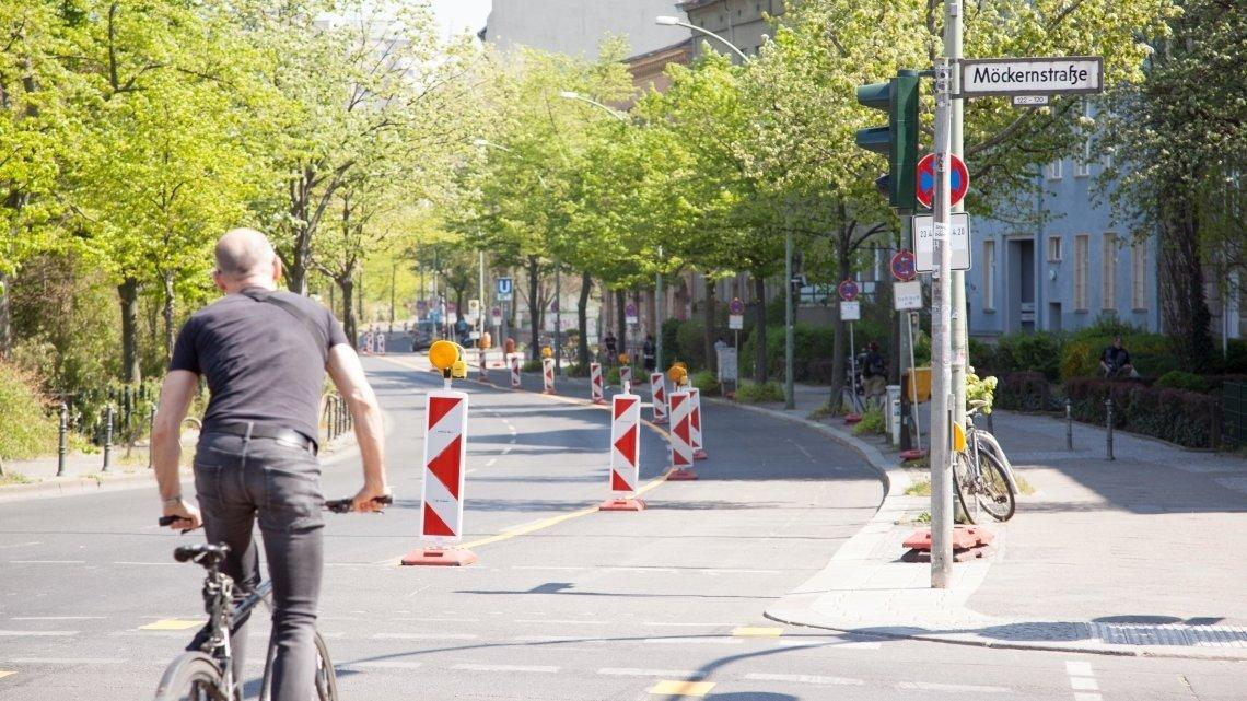 Ein Teil einer Autostraße in Berlin wird durch Pylone abgetrennt und zu einem Radweg umgewidmet.