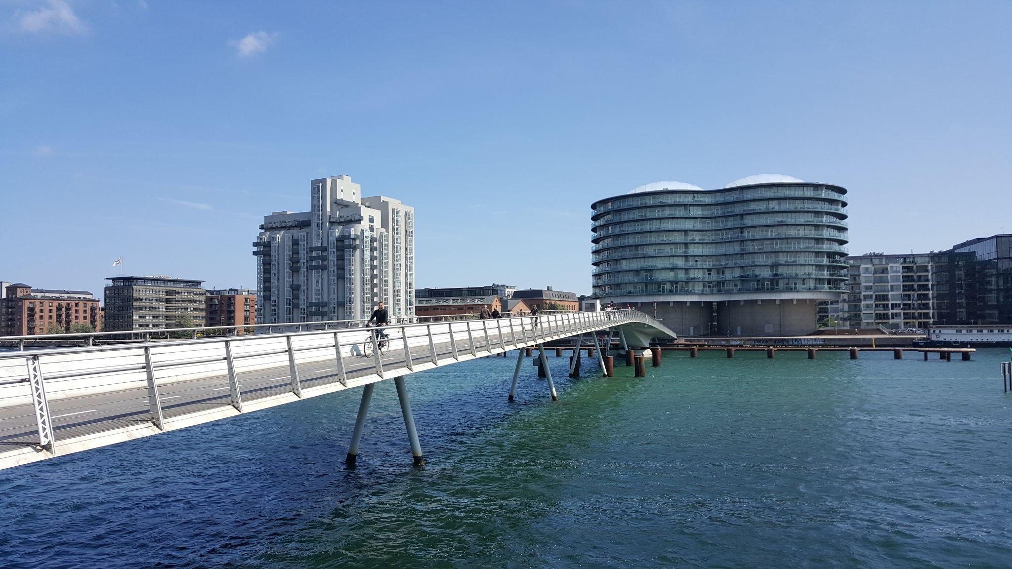 Eine Fahrradbrücke in Kopenhagen. Diese führt über einen Fluss.