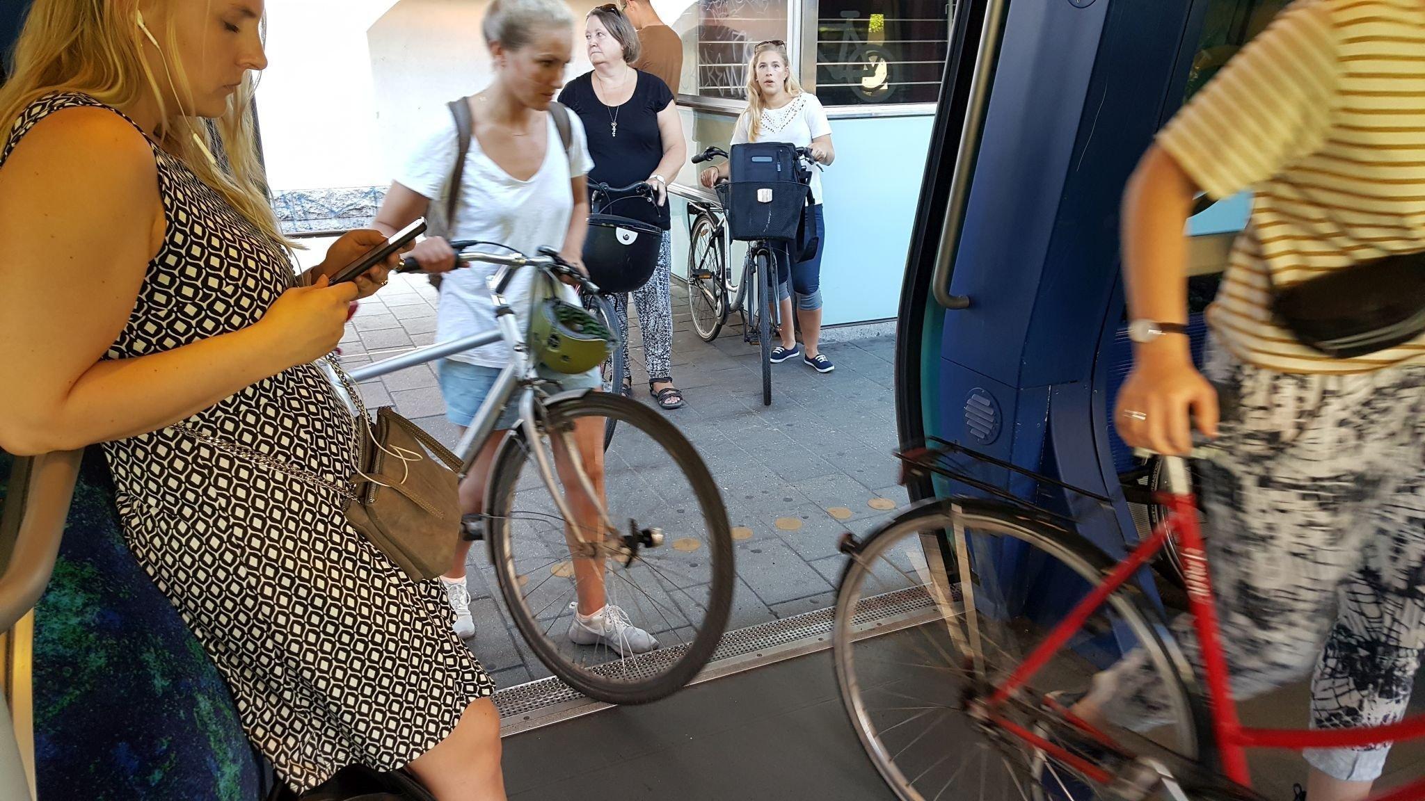 Radlerin steigen mit Rad in S-Bahn in Kopenhagen.